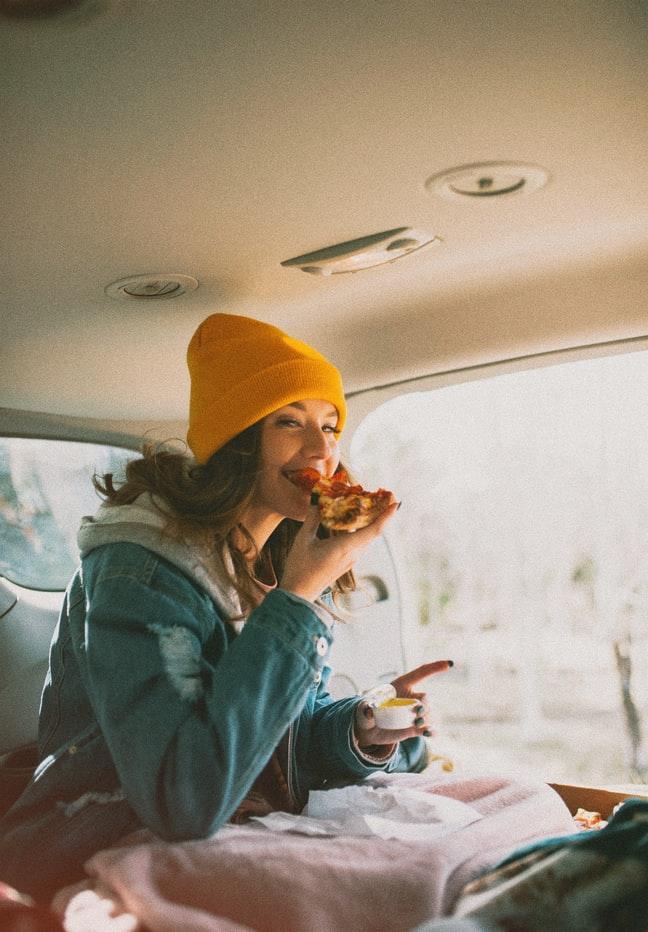 cô gái đang ăn
