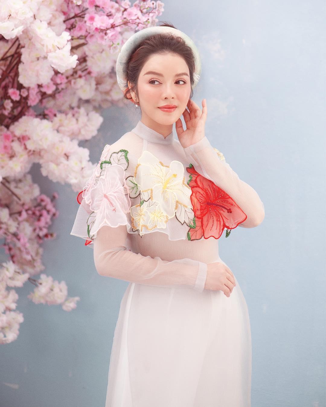 Lý Nhã Kỳ mặc áo dài trắng của NTK Thủy Nguyễn