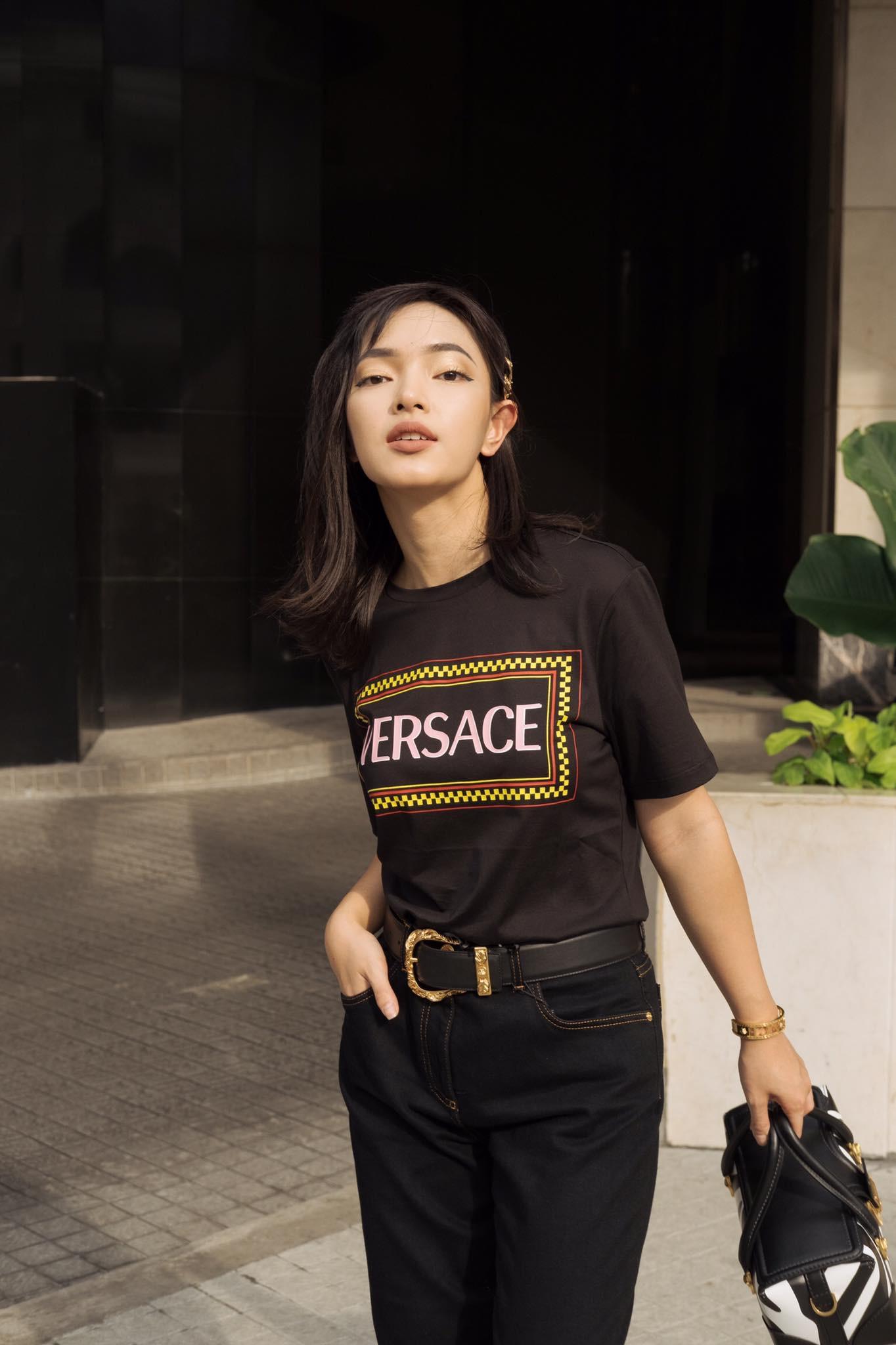 Châu Bùi mặc áo thun đen Versace