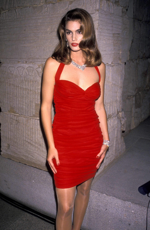 những câu nói hay của cindy crawford mặc bộ váy đỏ bodycon năm 1990