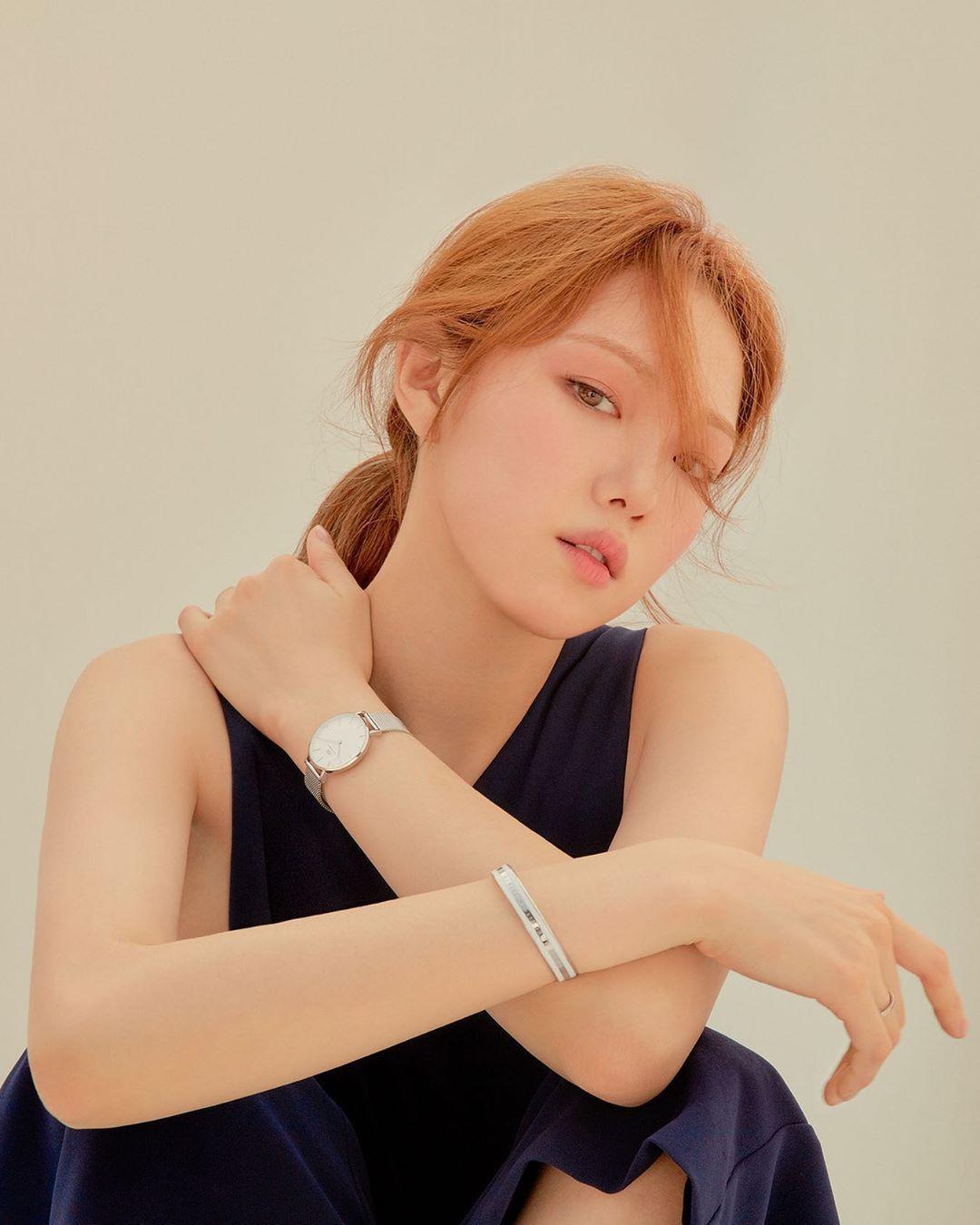 Lee Sung Kyung đeo đồng hồ dây kim loại Daniel Wellington