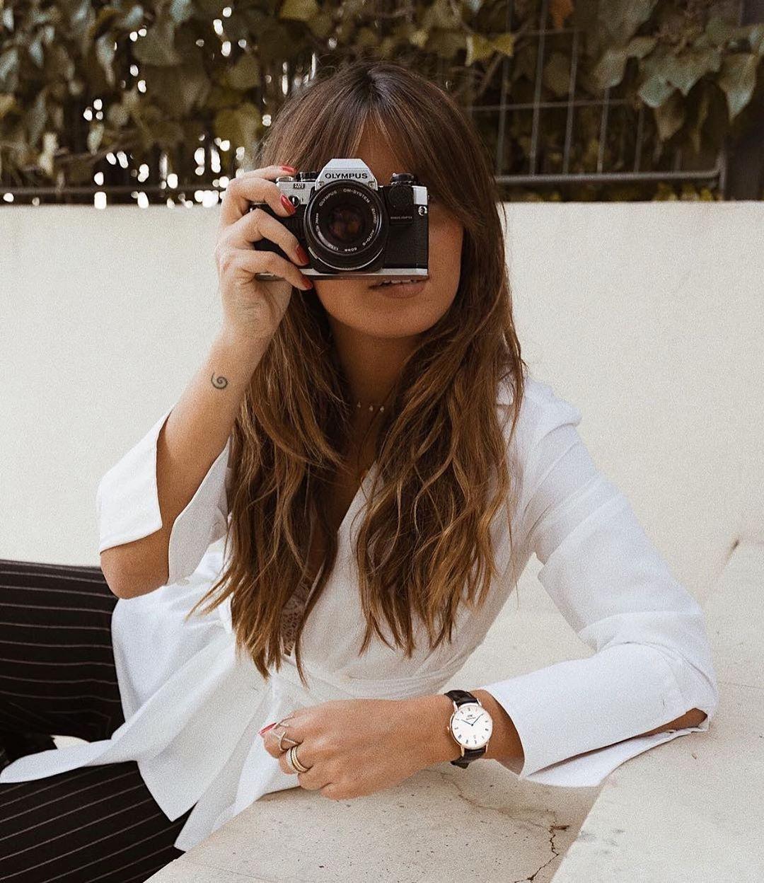 Cô gái mặc sơ mi trắng, đen đồng hồ dây da đen