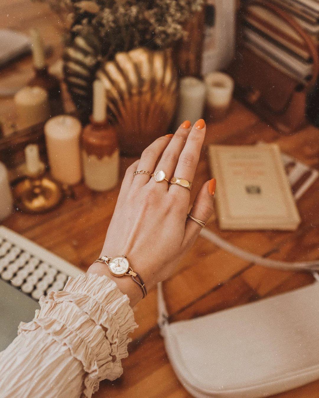 Đồng hồ lắc tay kim loại