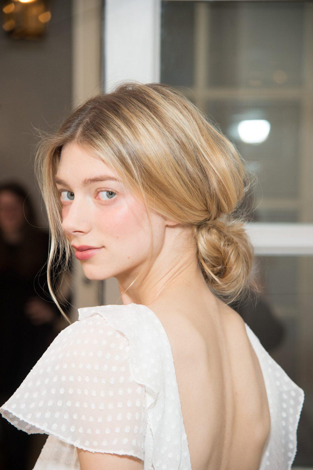 kiểu tóc búi lỏng phía sau phù hợp cho những cô dâu thích phong cách thời trang nền nã
