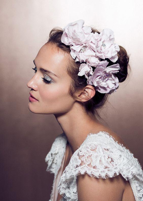 biến hóa thành cô dâu ngọt ngào với kiểu tóc búi đính hoa