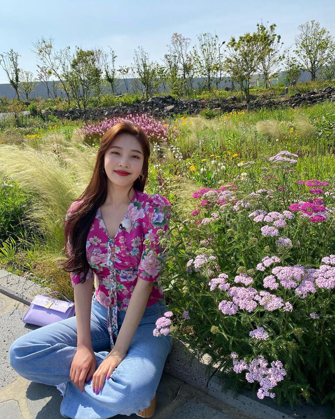 Joy mặc áo sơ mi voan hoa và quần jeans