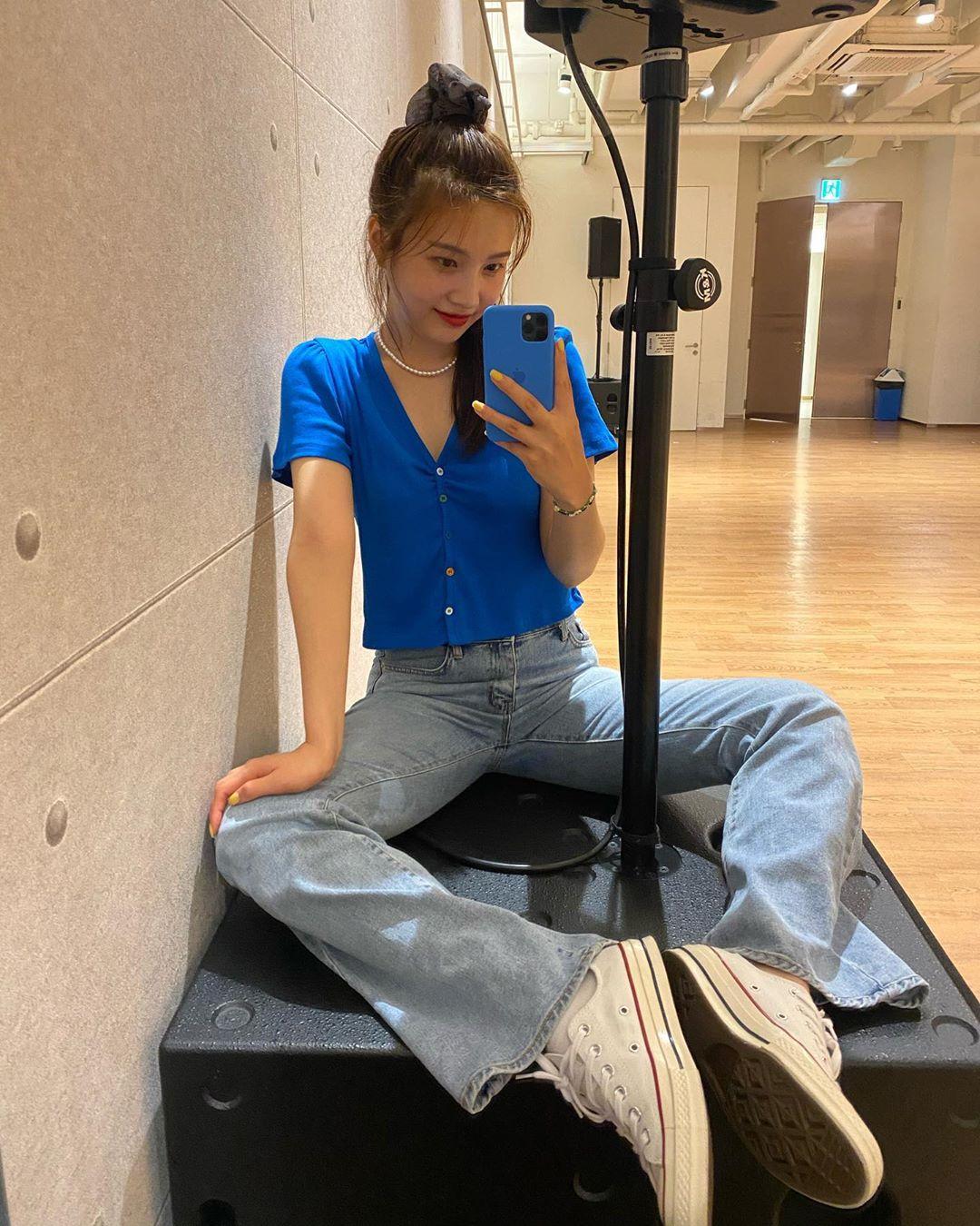 Joy mặc áo thun classic blue, quần ống loe, giày converse