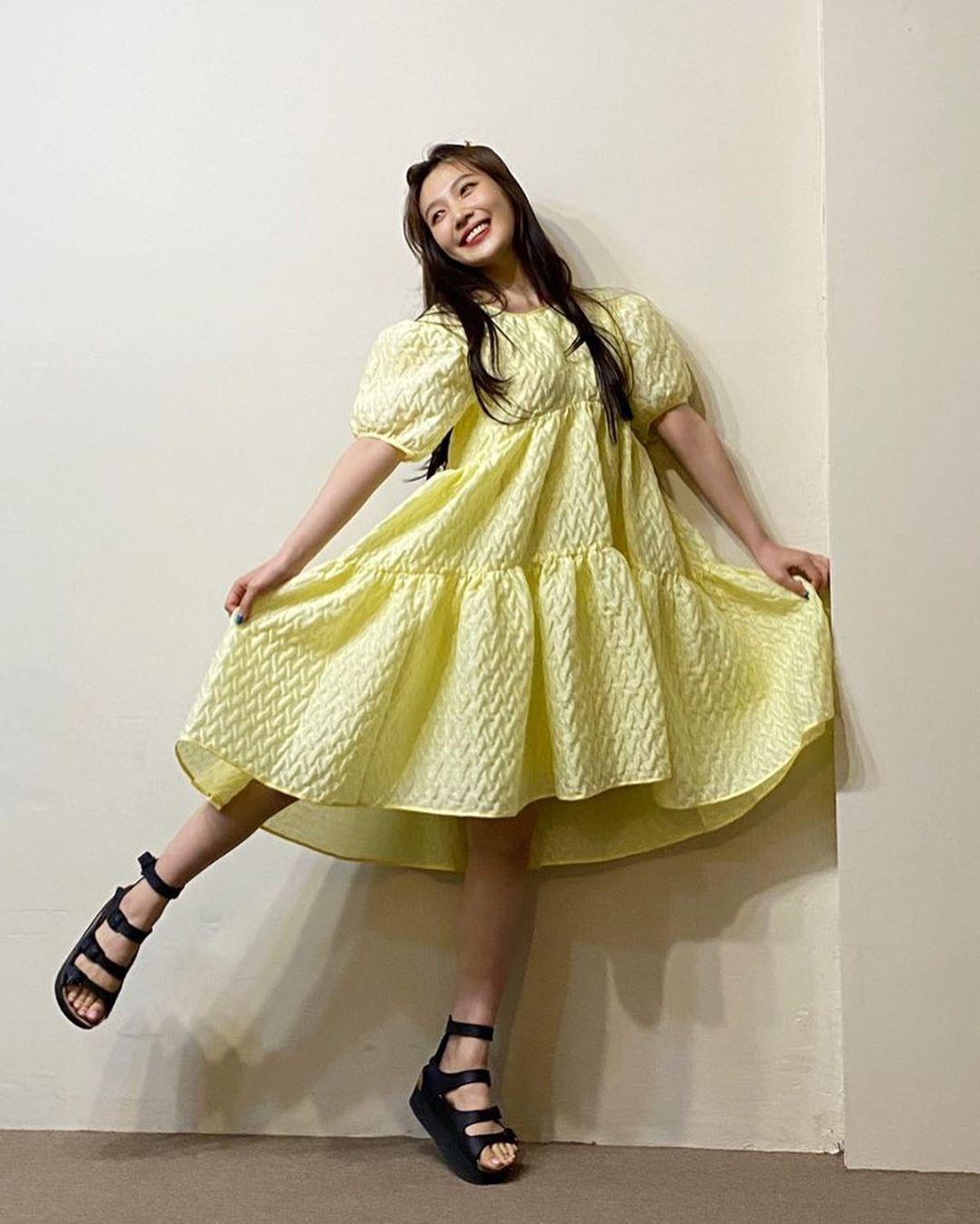 Joy mặc đầm xòe màu vàng pastel