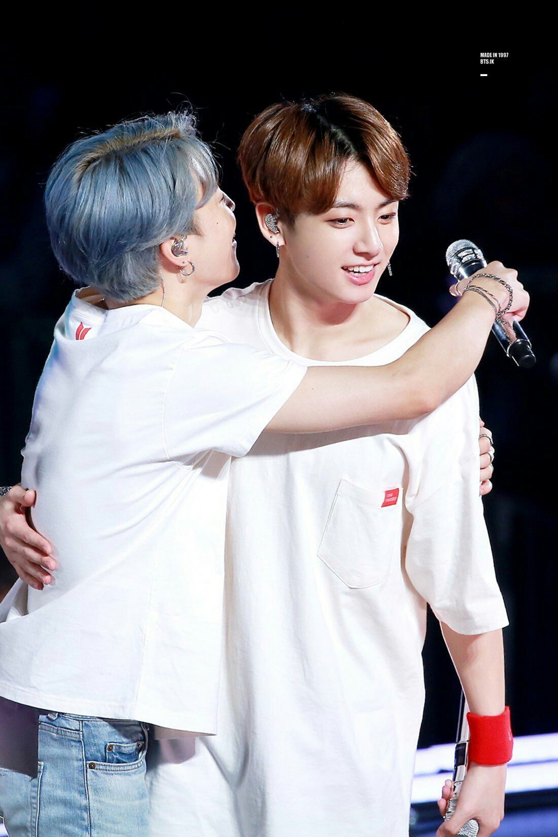jungkook và min áo trắng