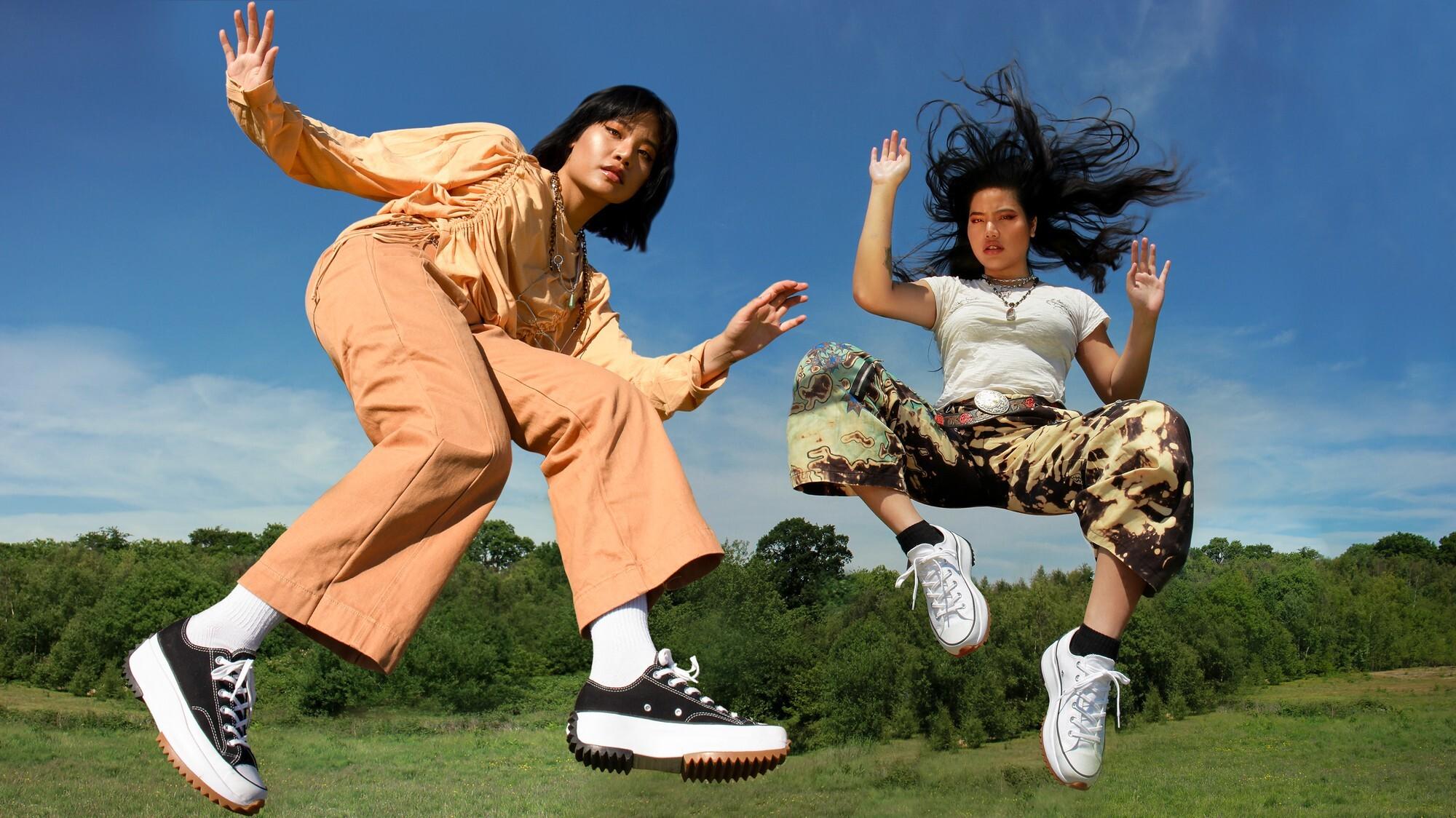 hai cô gái mang giày converse run star hike đang nhảy