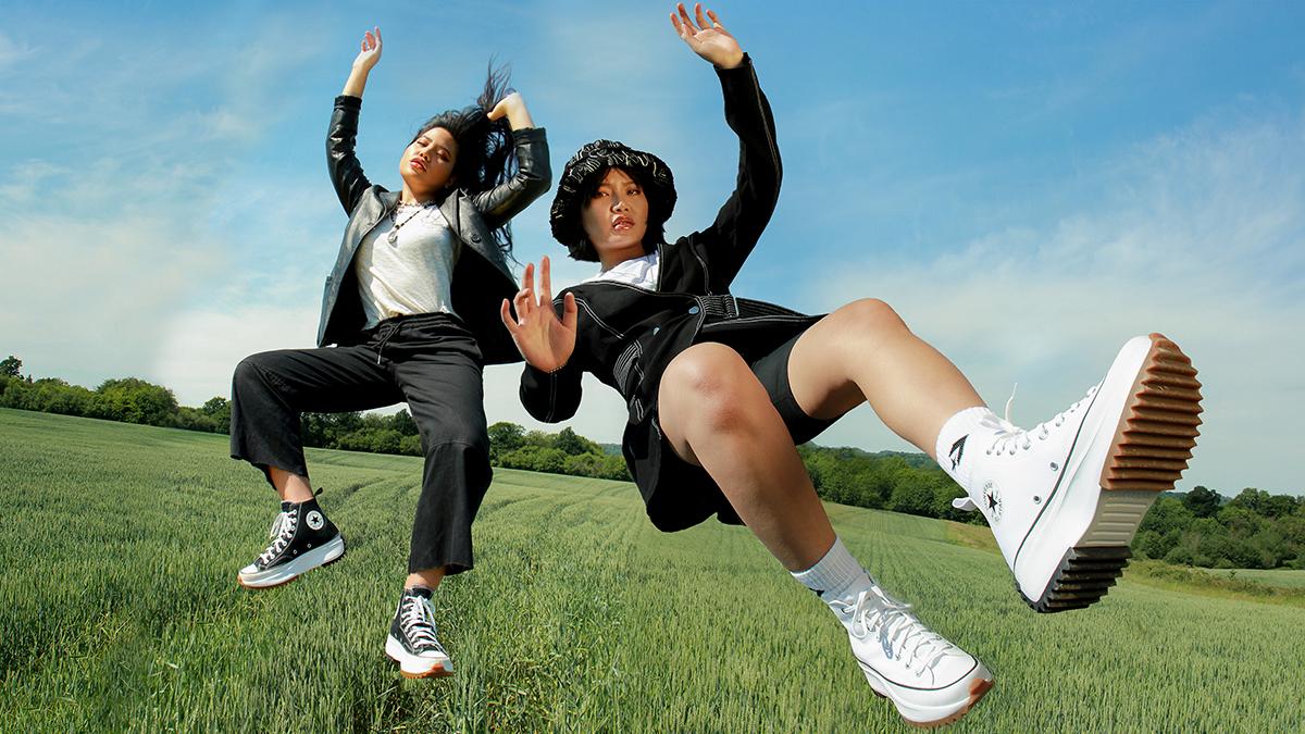 hai người bạn mang giày converse run star hike màu đen và trắng
