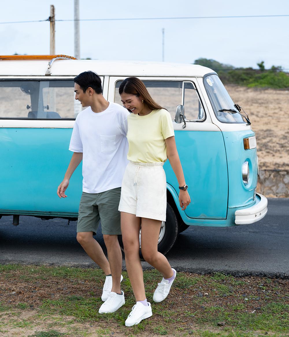 hai người mẫu mặc quần shorts thương hiệu uniqlo mùa hè