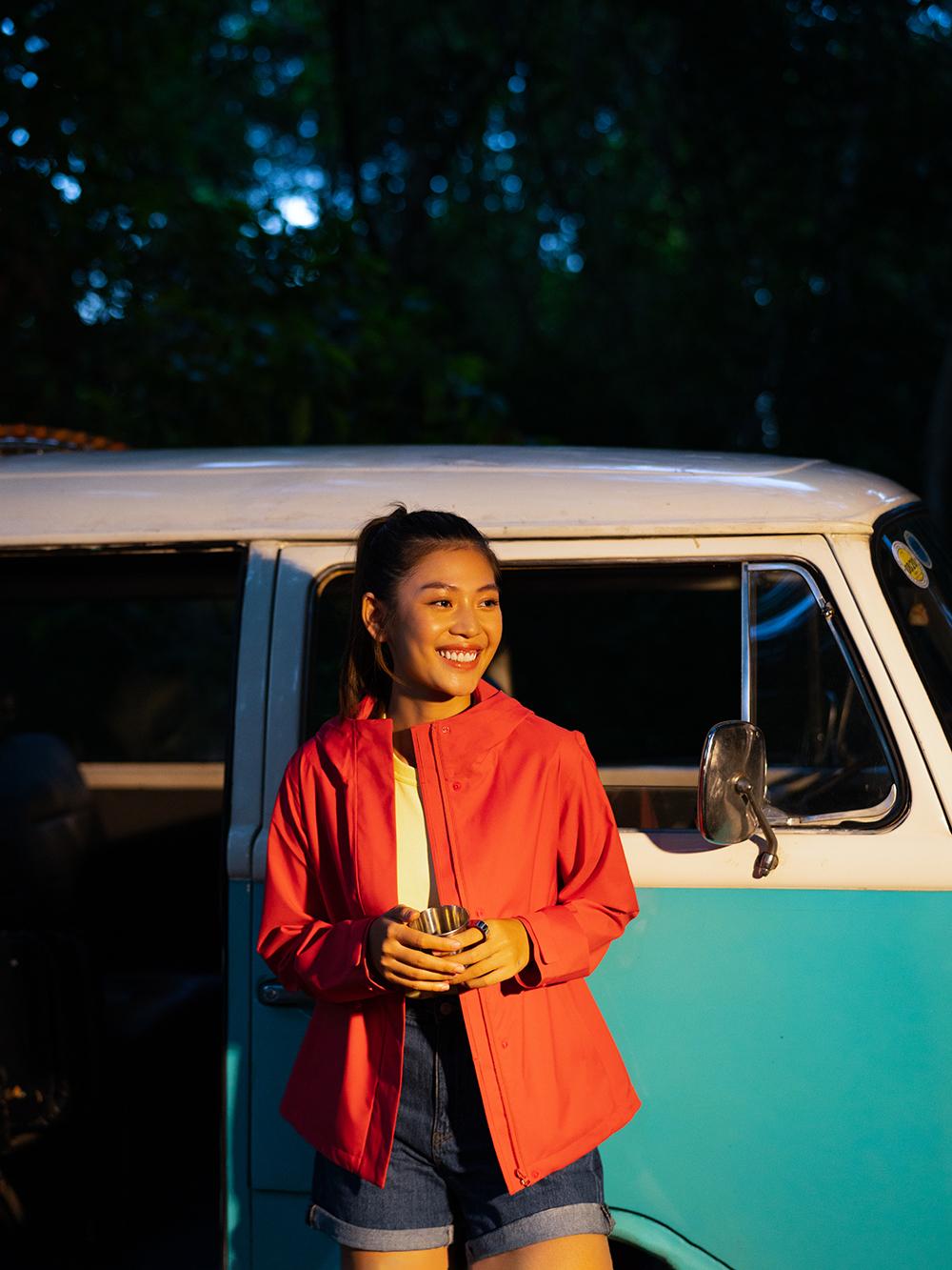 người mẫu mặc khoác màu đỏ của uniqlo