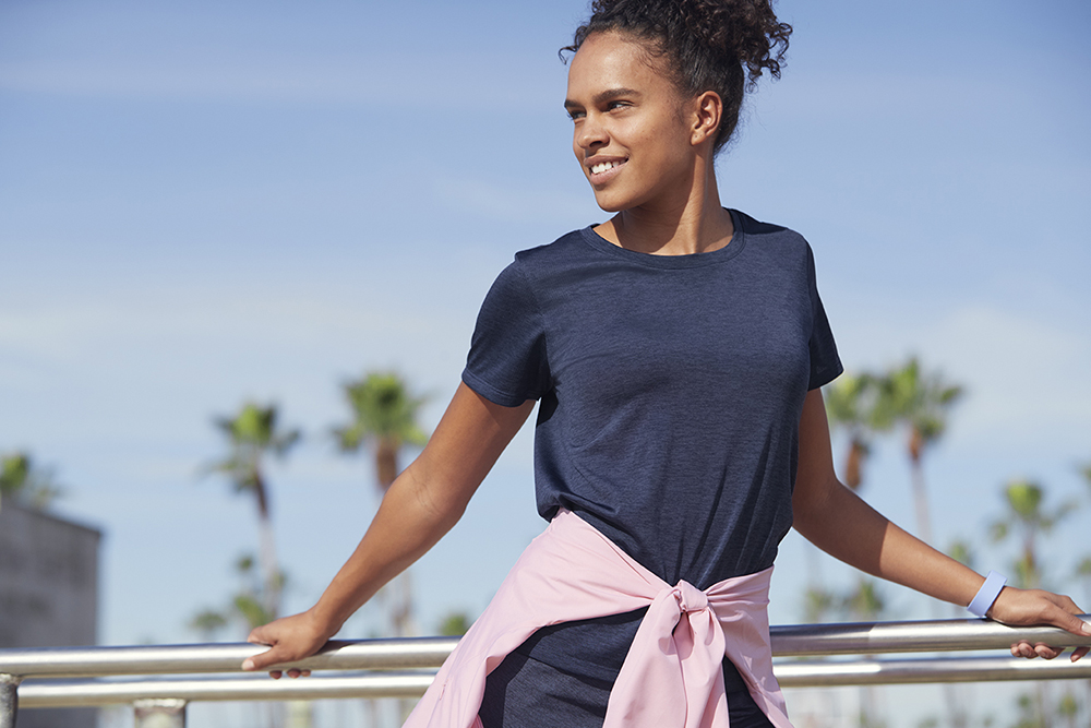 người mẫu mặc áo uniqlo dry-ex màu xanh navy