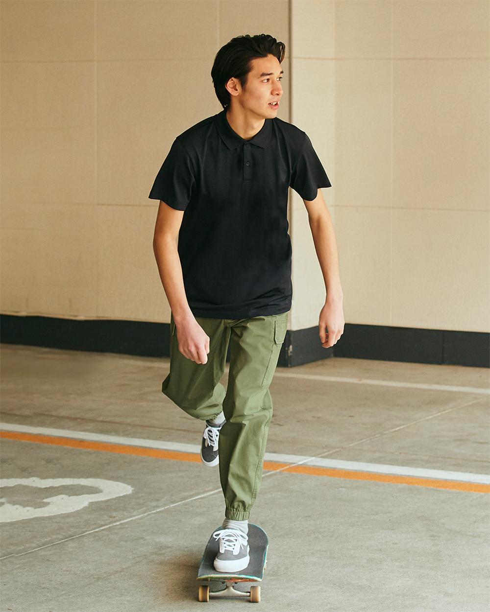 người mẫu nam mặc áo thun uniqlo màu đen dry-ex