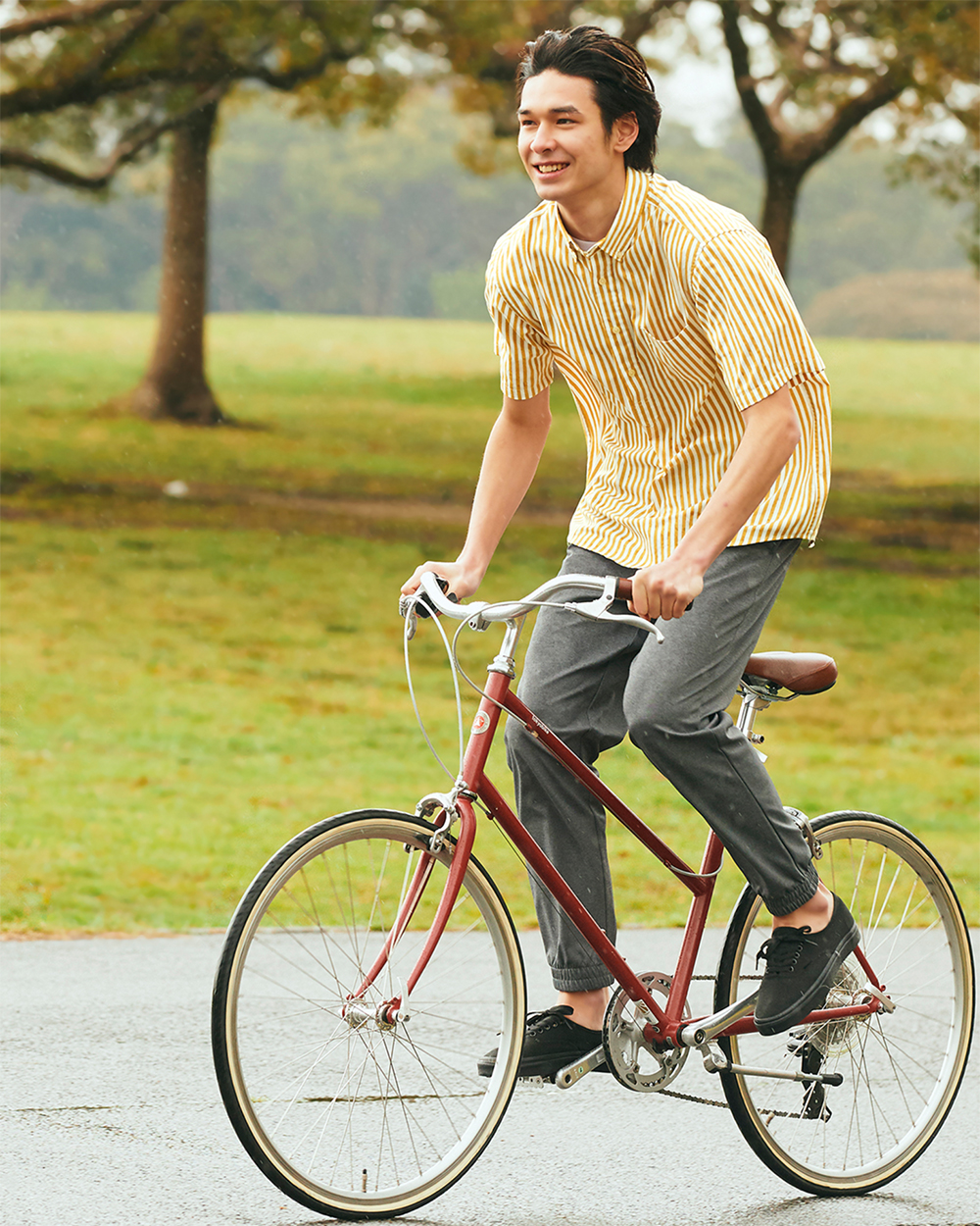 người mẫu nam mặc quần uniqlo ultra stretch đang đạp xe