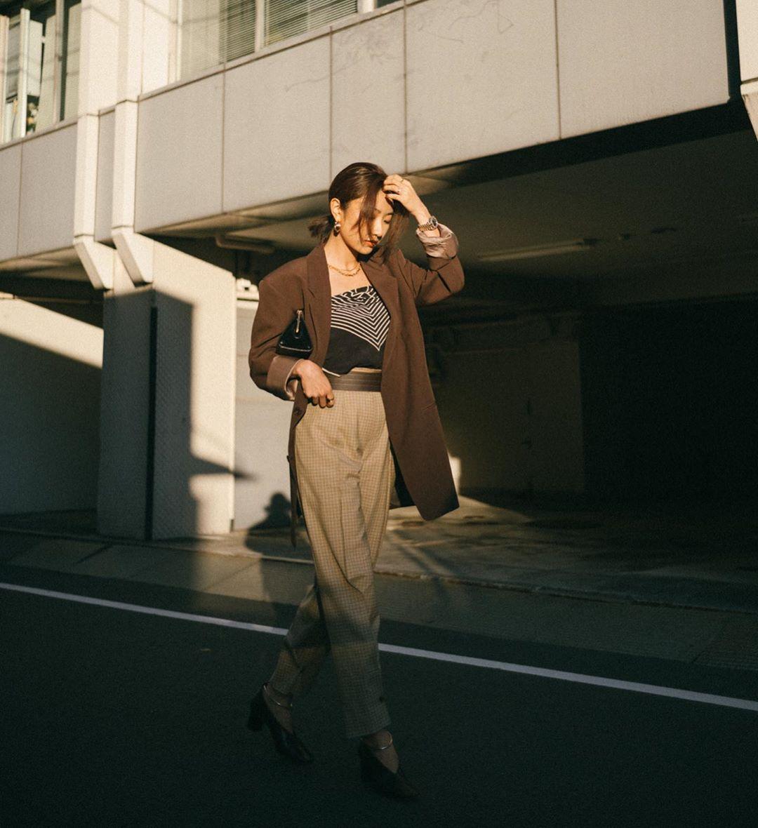 savislook mặc quần caro với áo bandana và blazer