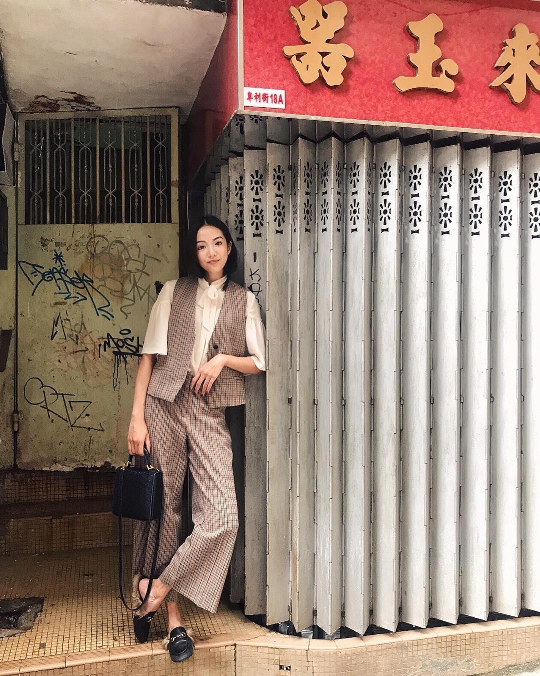 yoyo cao mặc quần caro ống rộng với áo sơ mi và gi lê