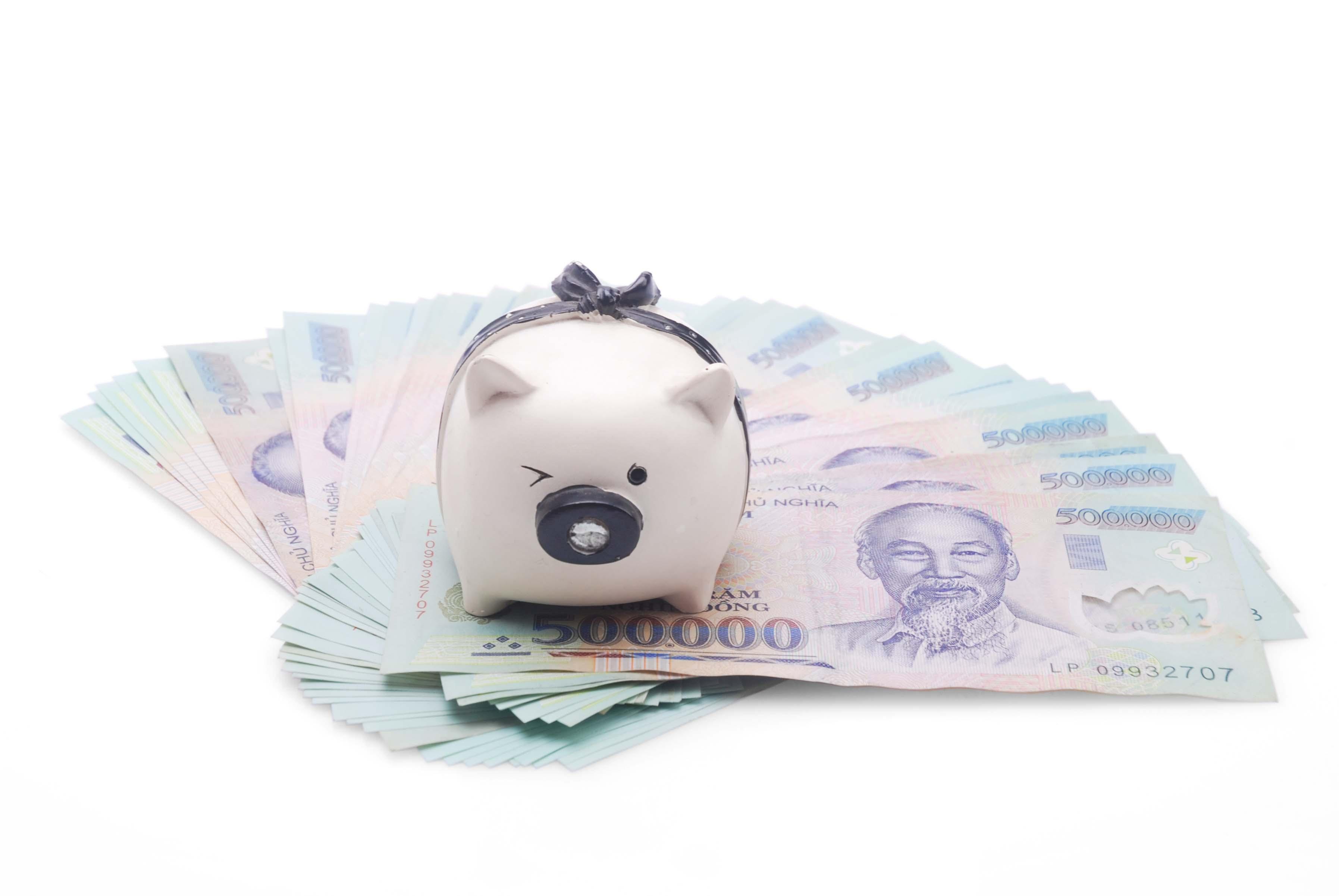phụ nữ tiết kiệm tiền để quản lý tài chính