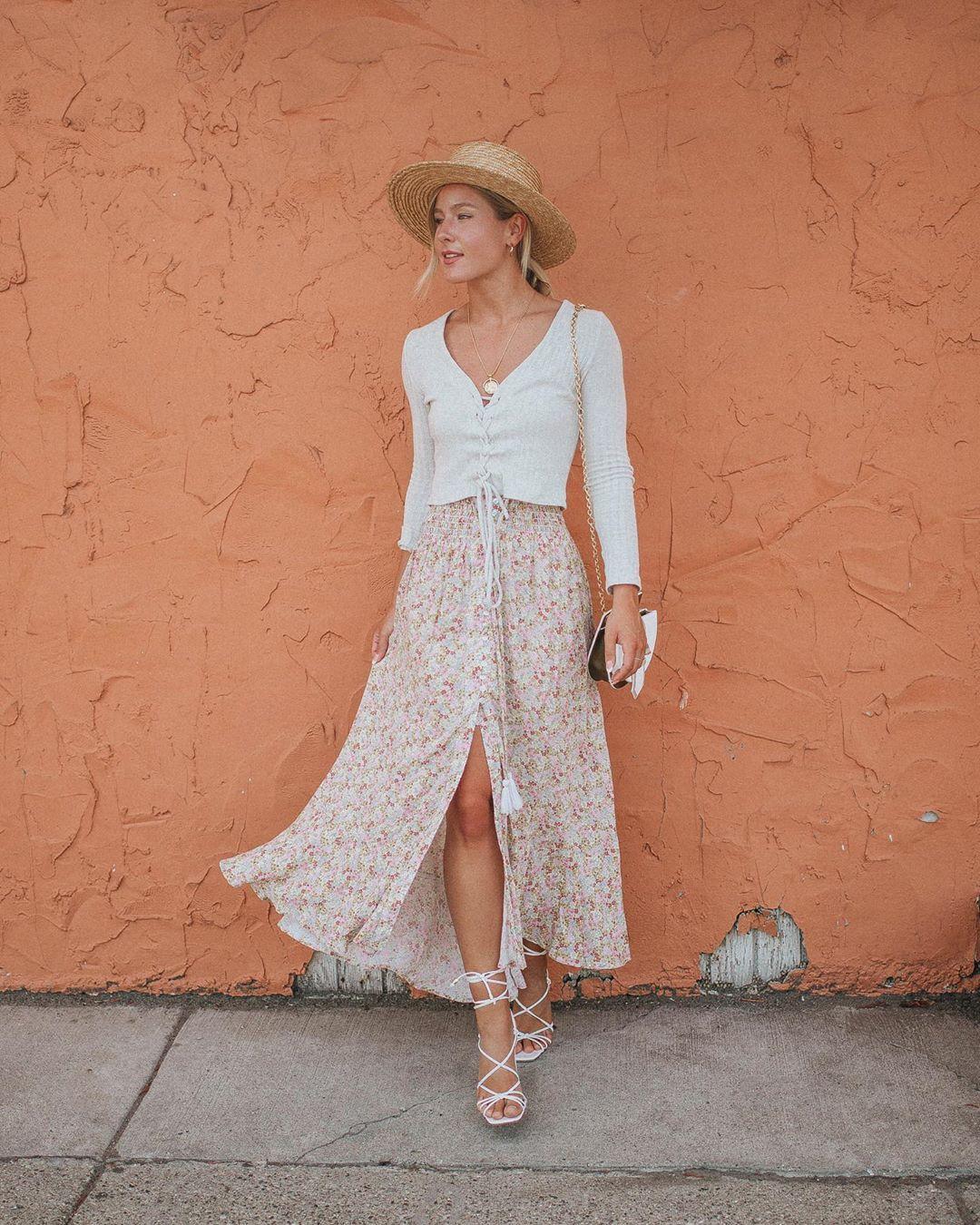 Chân váy hoa, áo thun trắng, giày dây mảnh màu trắng, mũ cói