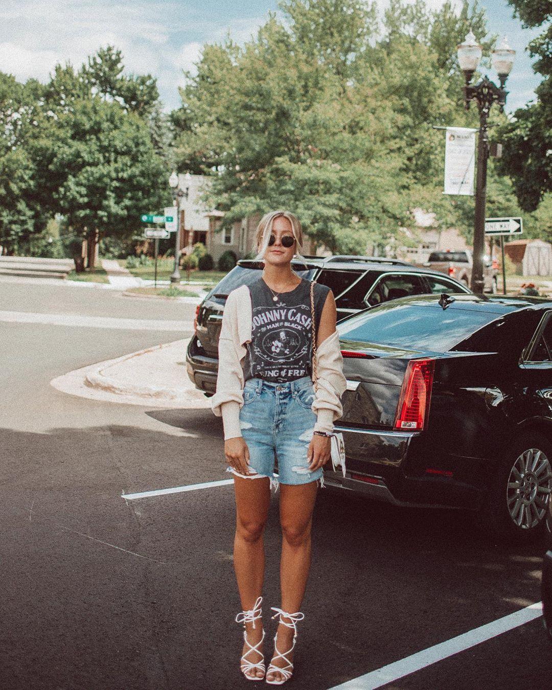 Giày dây màu trắng, quần shorts jean, áo thun sát nách