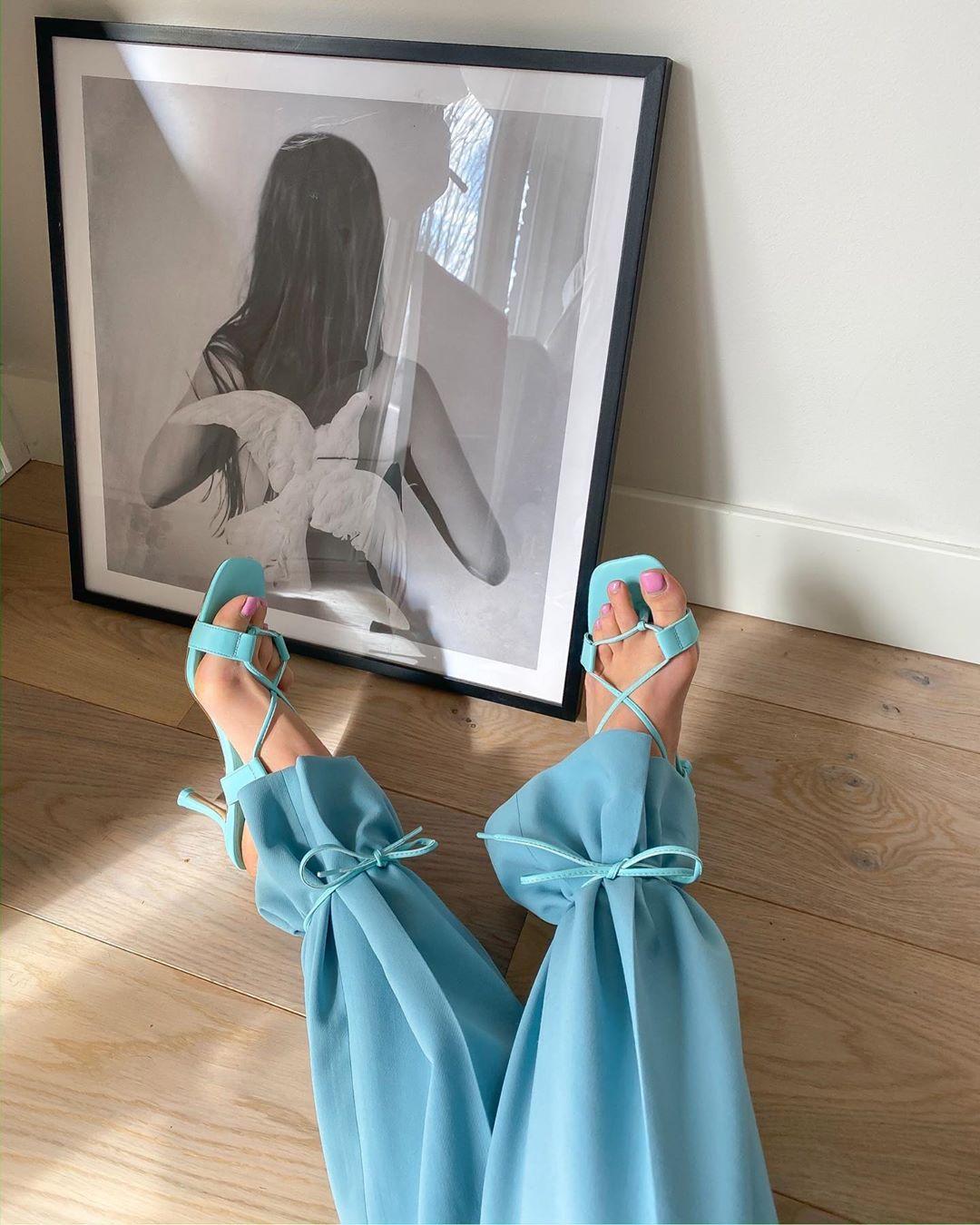 Giày dây mảnh màu xanh buộc quanh cổ chân