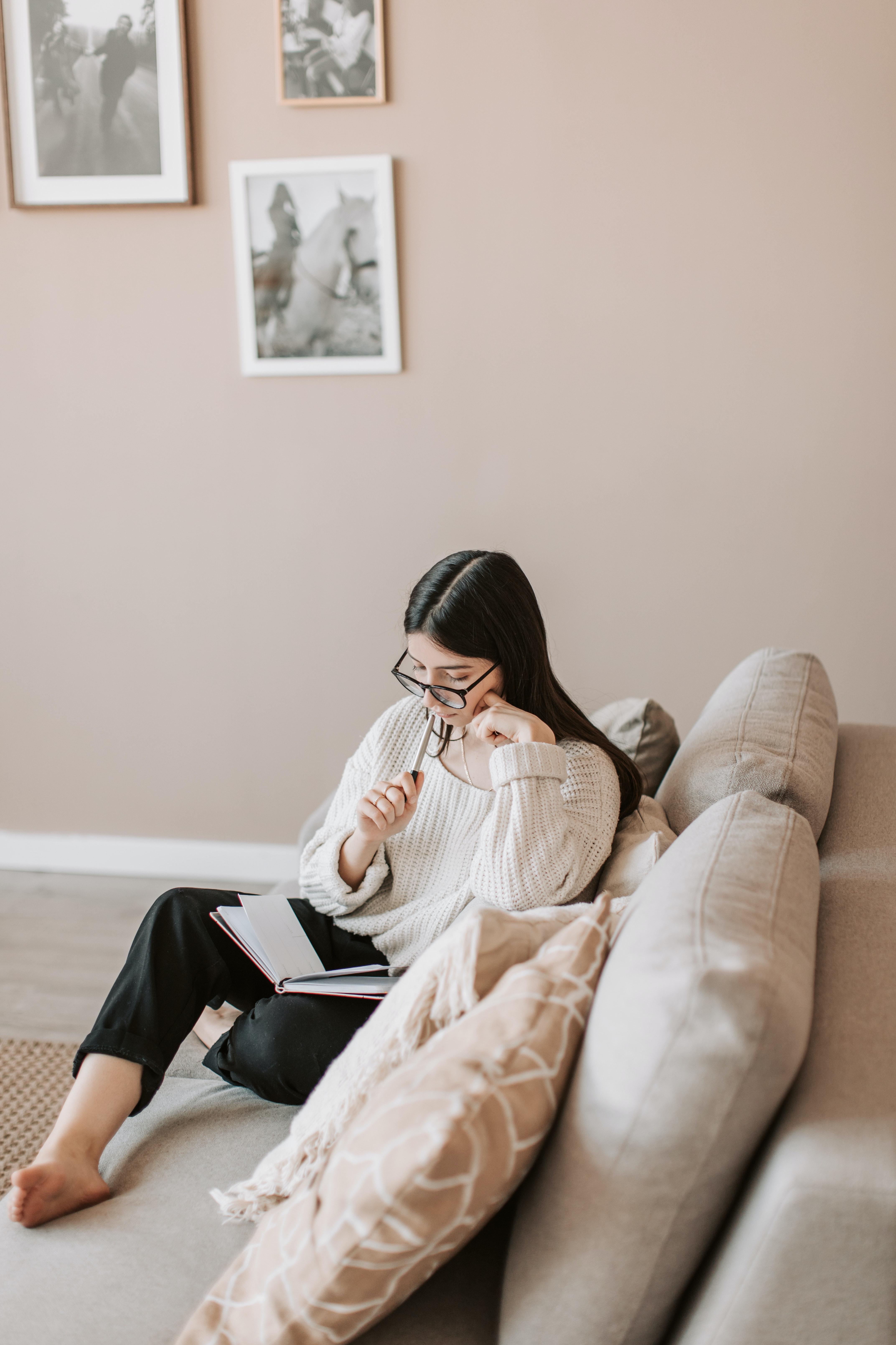 cá nhân sự sáng tạo cô gái ngồi sofa
