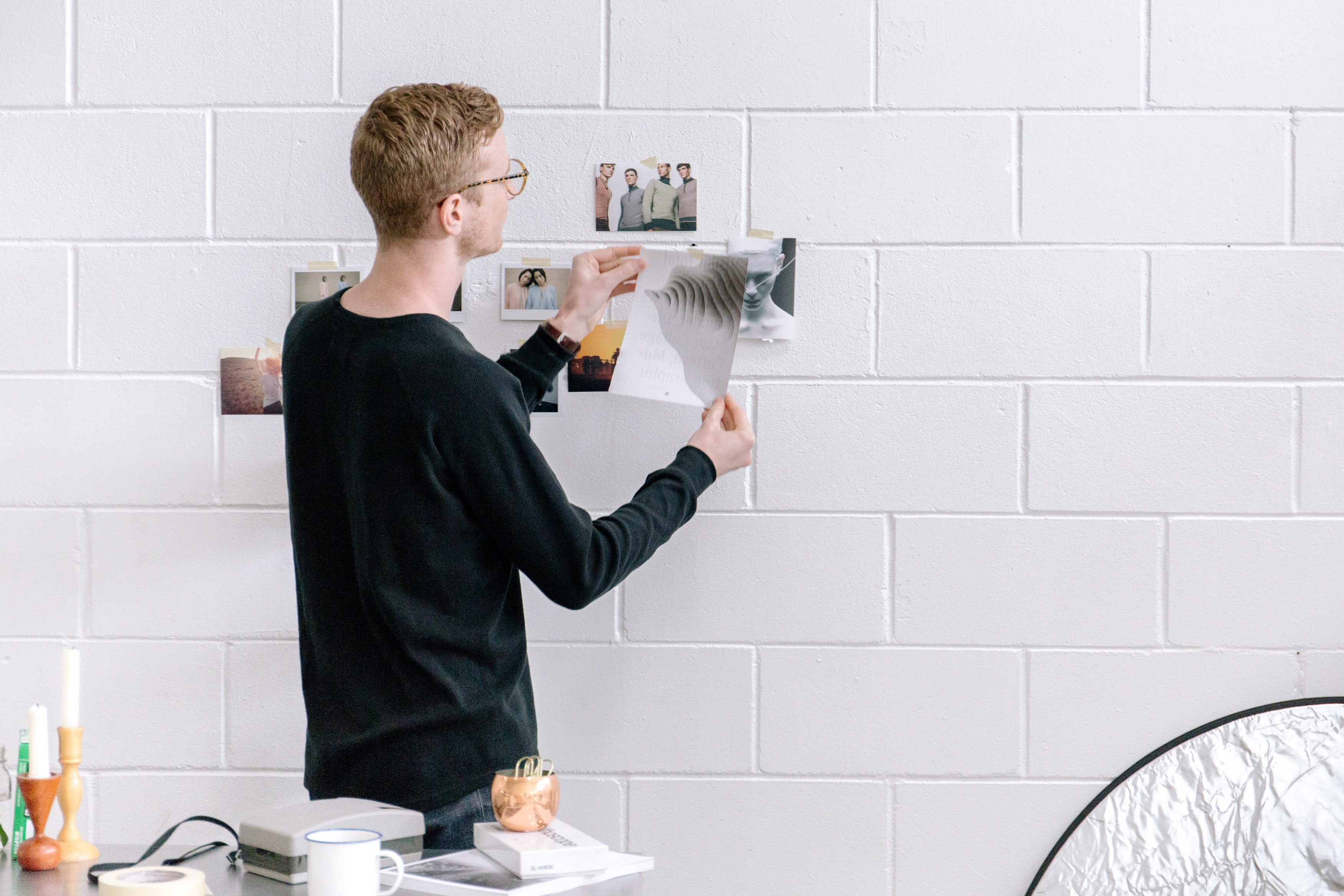sự sáng tạo đàn ông cầm giấy
