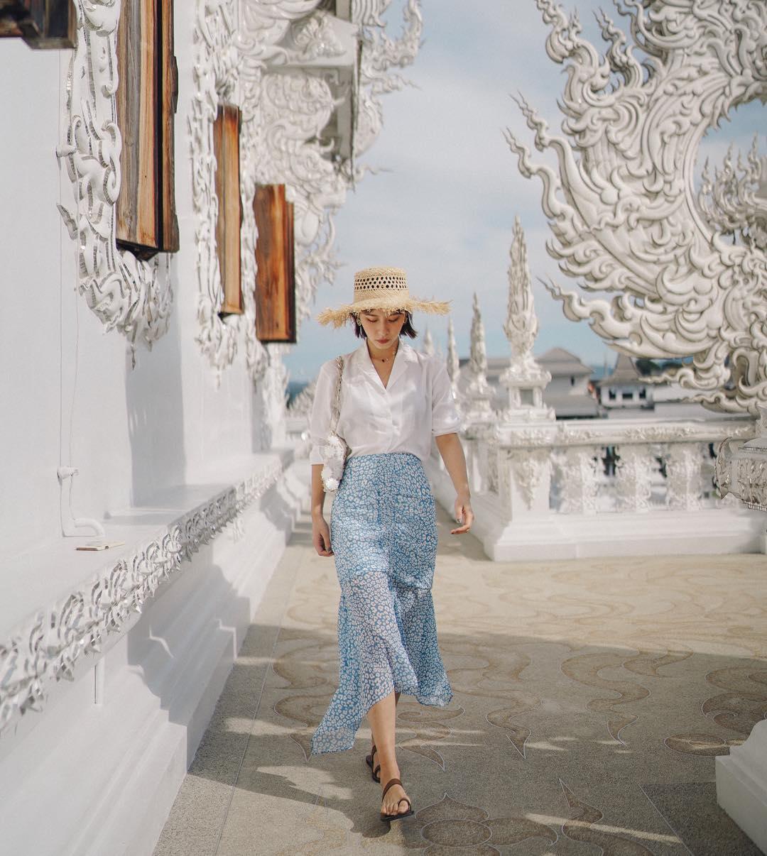 iris mặc chân váy đuôi cá với áo sơ mi trắng mùa hè