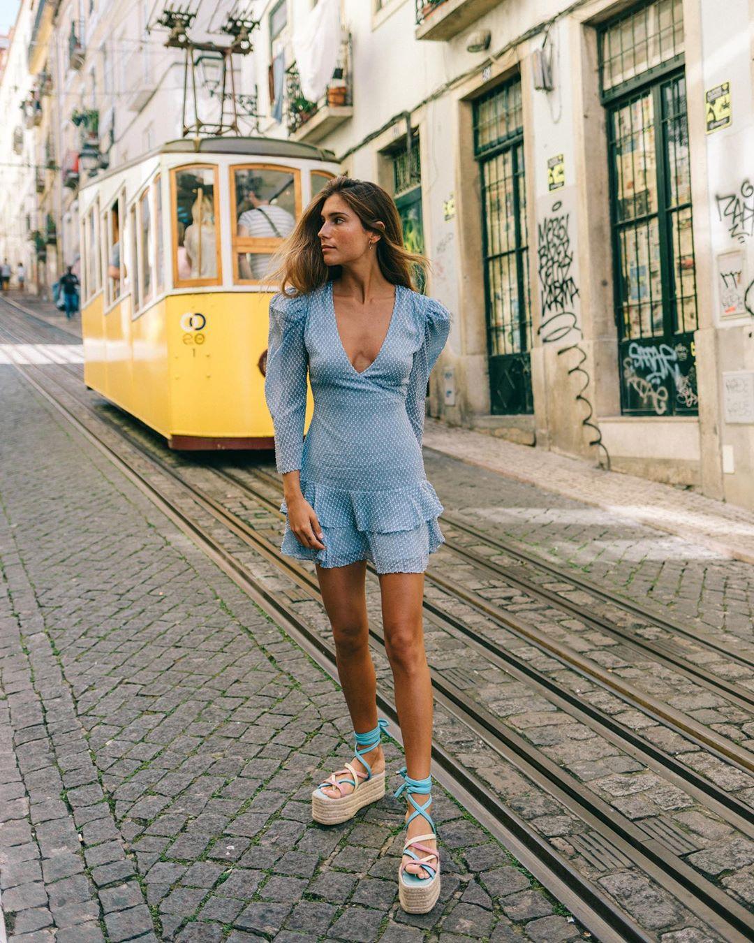 Giày dây đế cói thô, đầm ngắn màu xanh nhạt