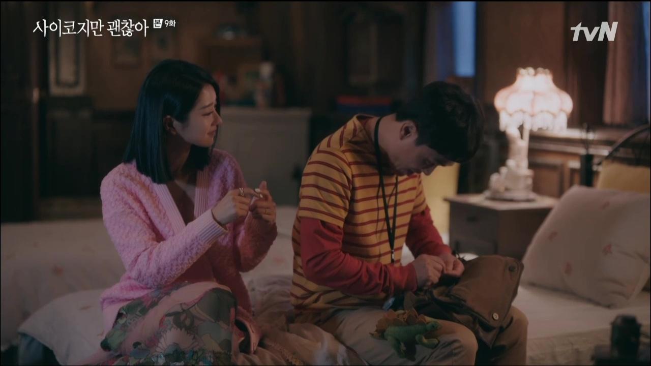 Seo Ye Ji mặc áo khoác hồng và đầm voan hoa trong Điên Thì Có Sao