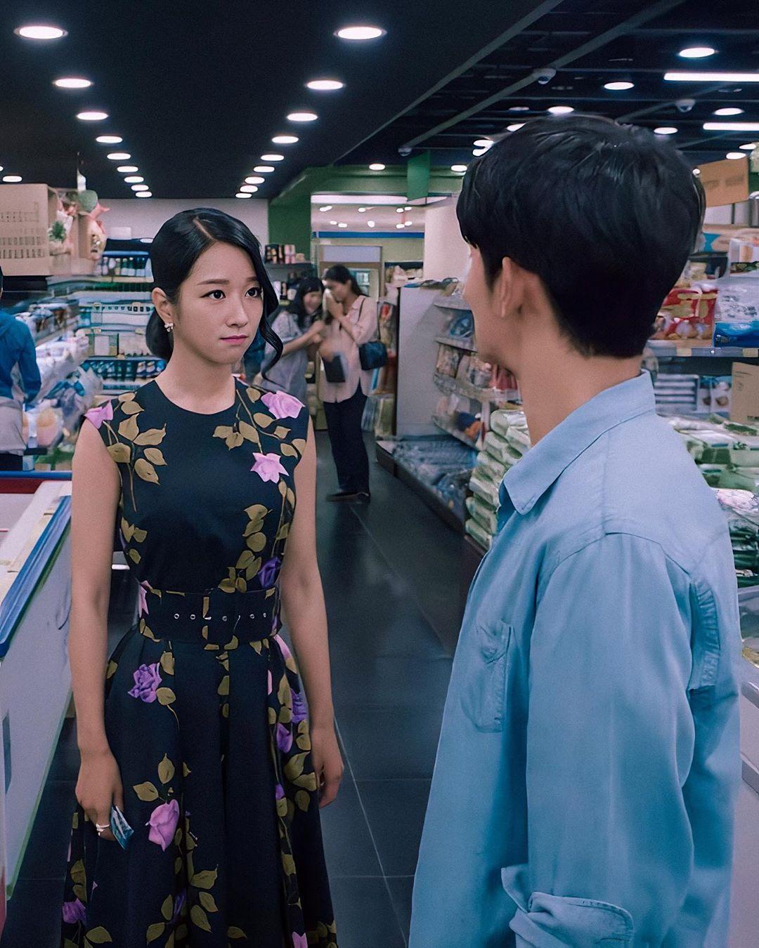 Seo Ye Ji mặc đầm xòe in hoa màu đen trong Điên Thì Có Sao