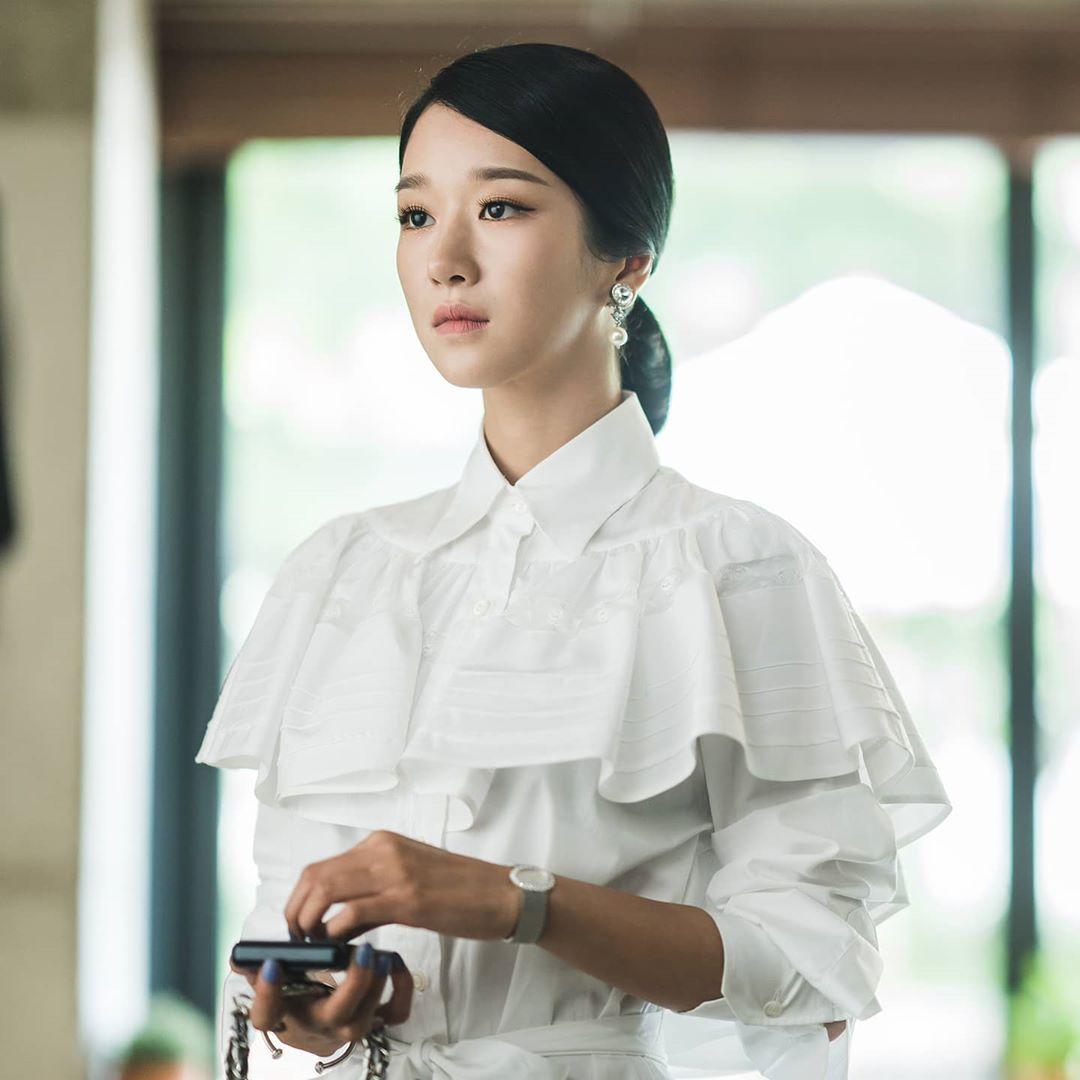 Seo Ye Ji mặc đầm sơ mi trắng trong Điên Thì Có Sao