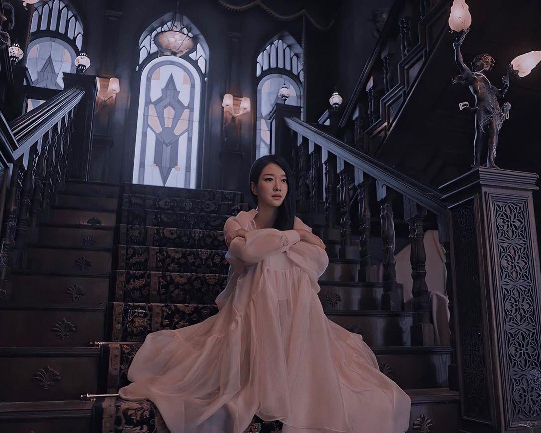 Seo Ye Ji mặc đầm voan dài màu hồng nhạt trong Điên Thì Có Sao
