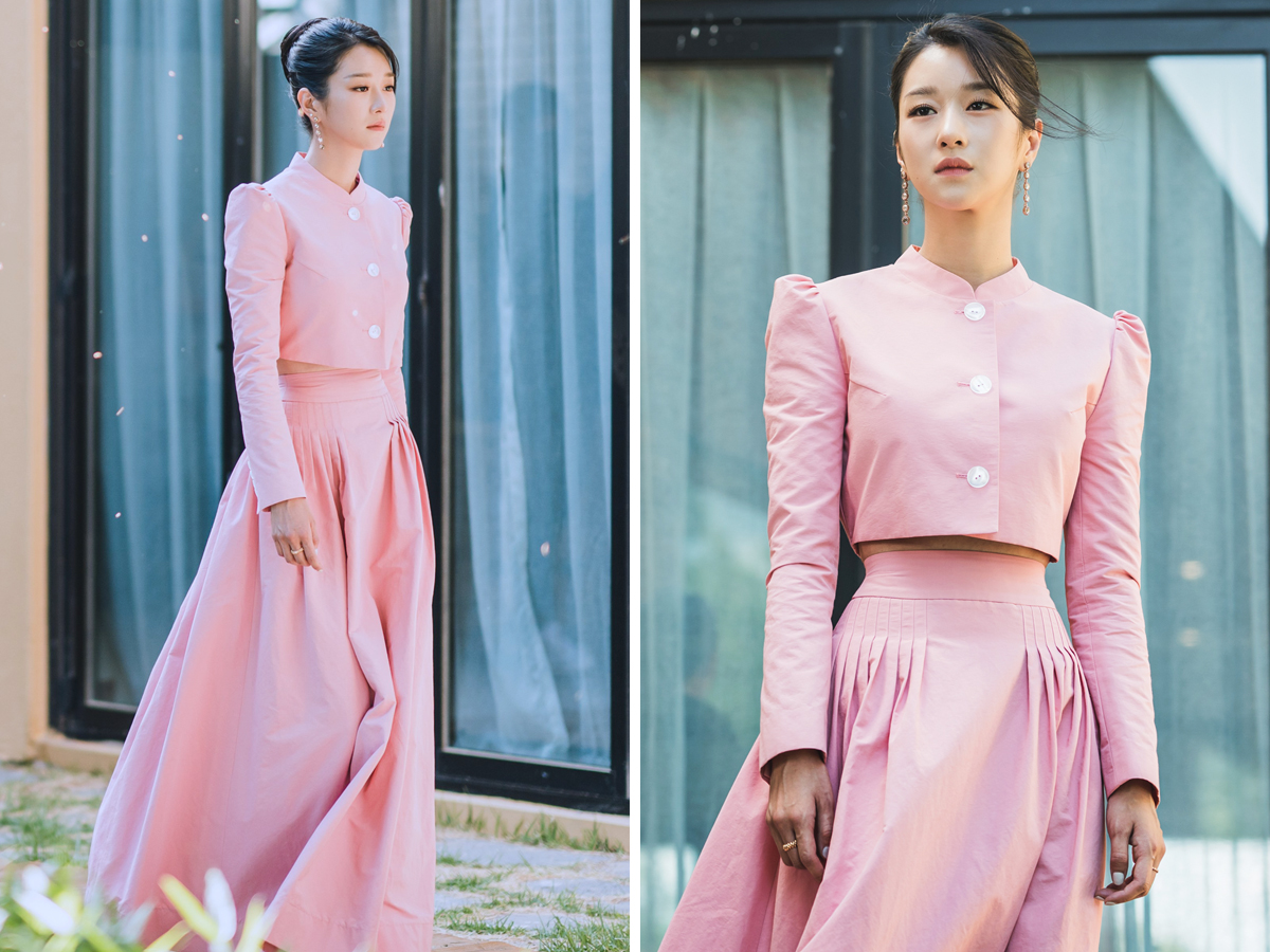 Seo Ye Ji mặc áo ngắn và chân váy dài màu hồng trong Điên Thì Có Sao