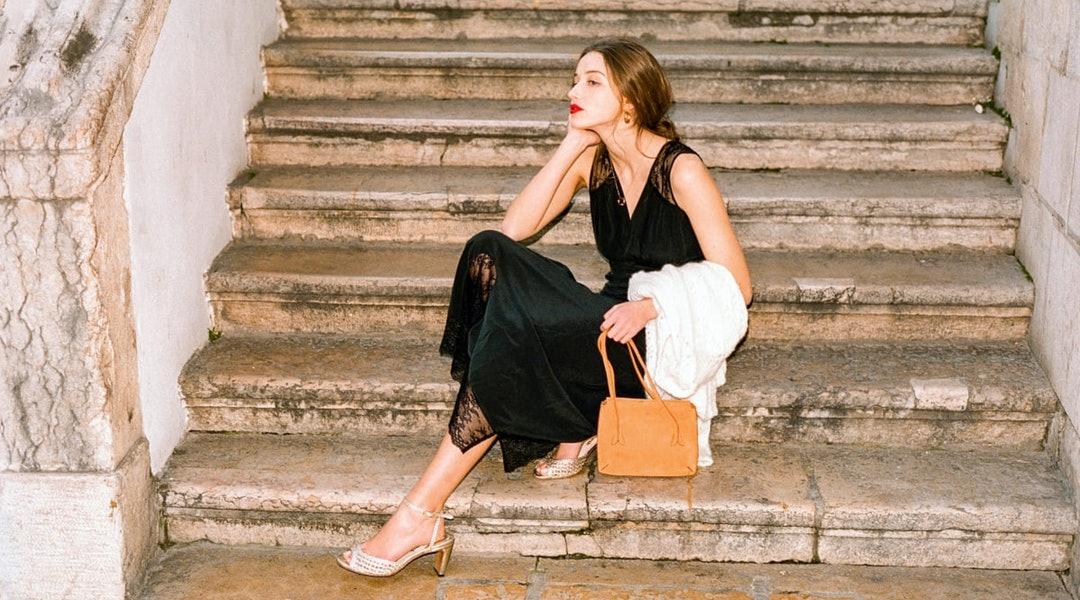 cô gái mặc slip dress ren màu đen theo phong cách parisian chic
