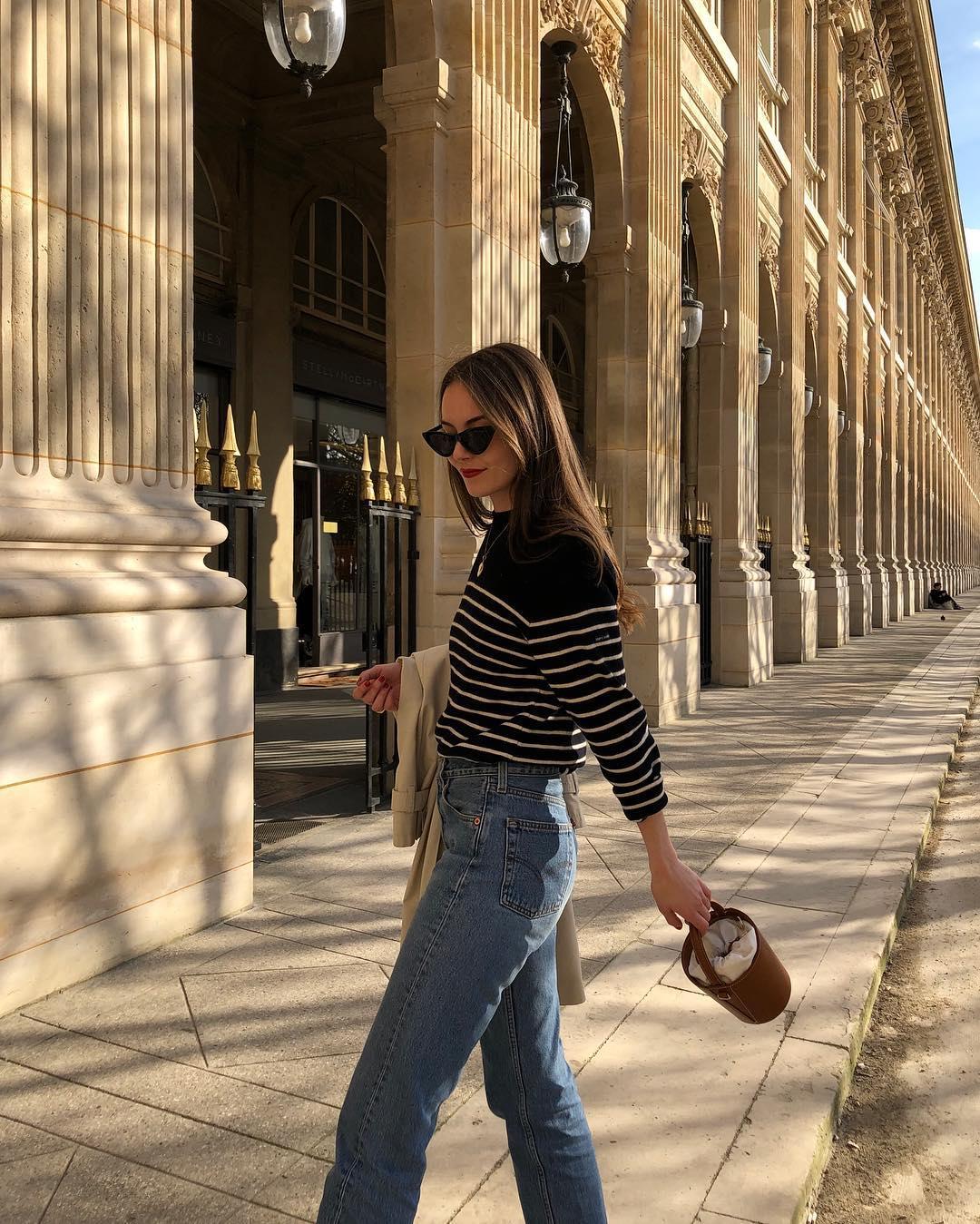 cô gái mặc áo thun kẻ sọc ngang quần jeasn phong cách parisian chic