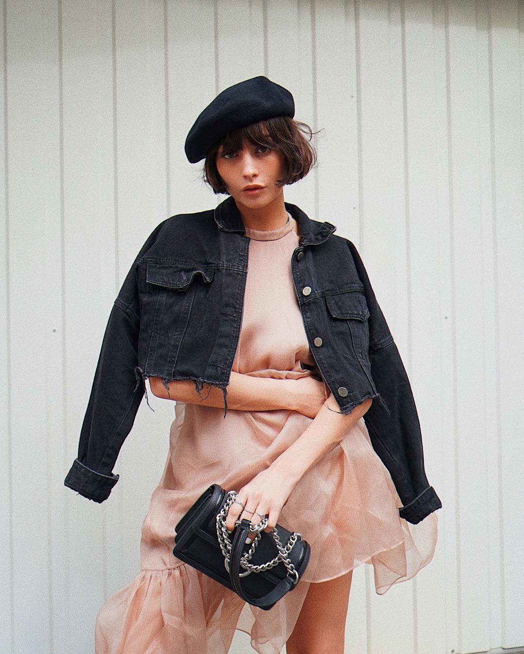taylor lashae mặc váy và áo khoác denim phong cách parisian chic