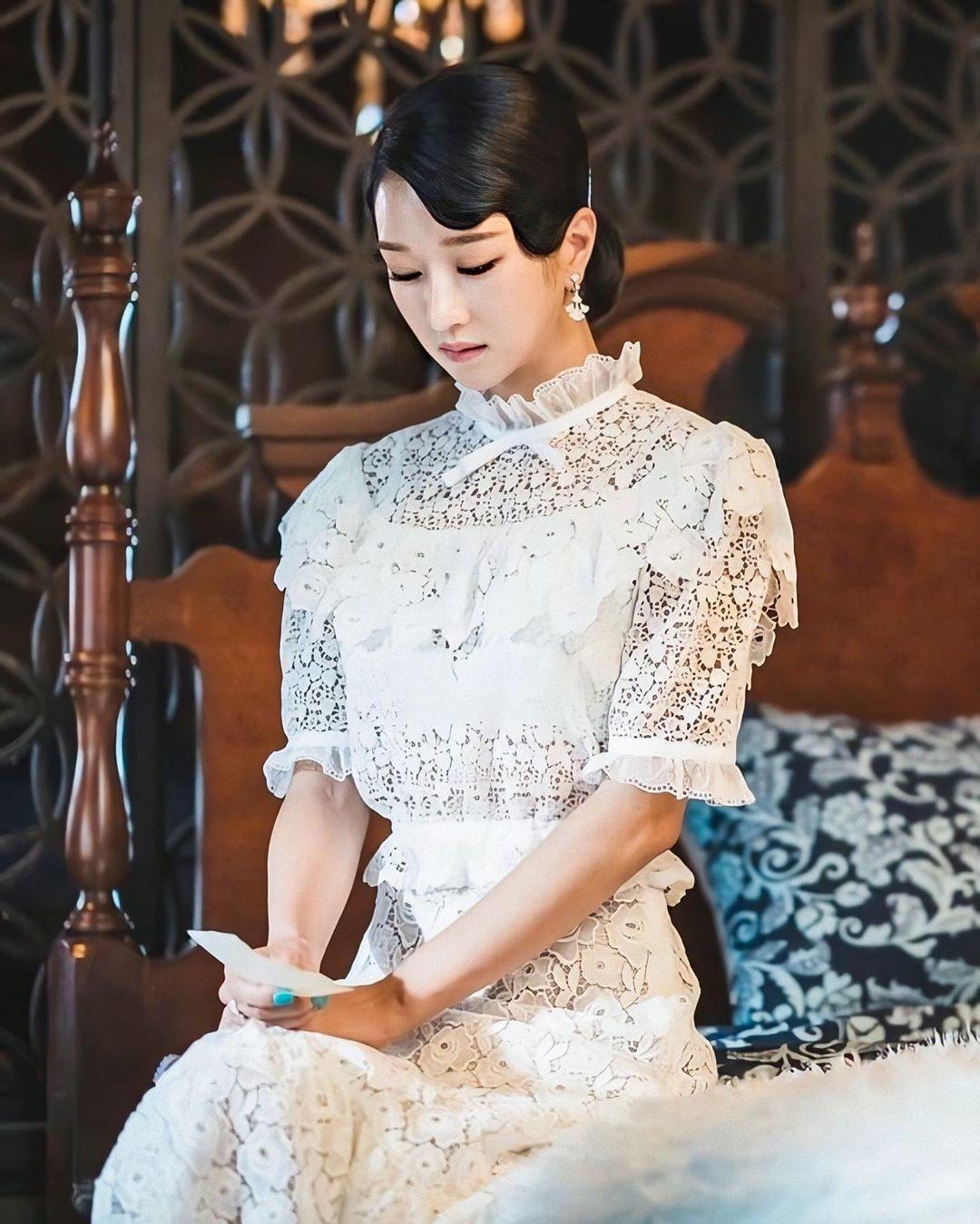 Seo Ye Ji mặc đầm ren trắng trong phim Điên Thì Có Sao
