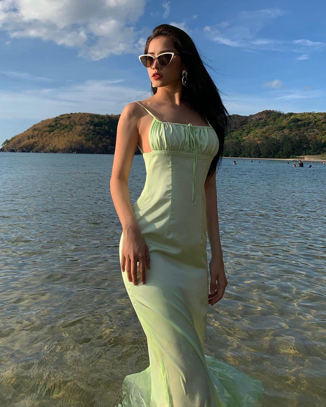 Chi Pu mặc slip dress lụa màu pastel xanh hồ trăn