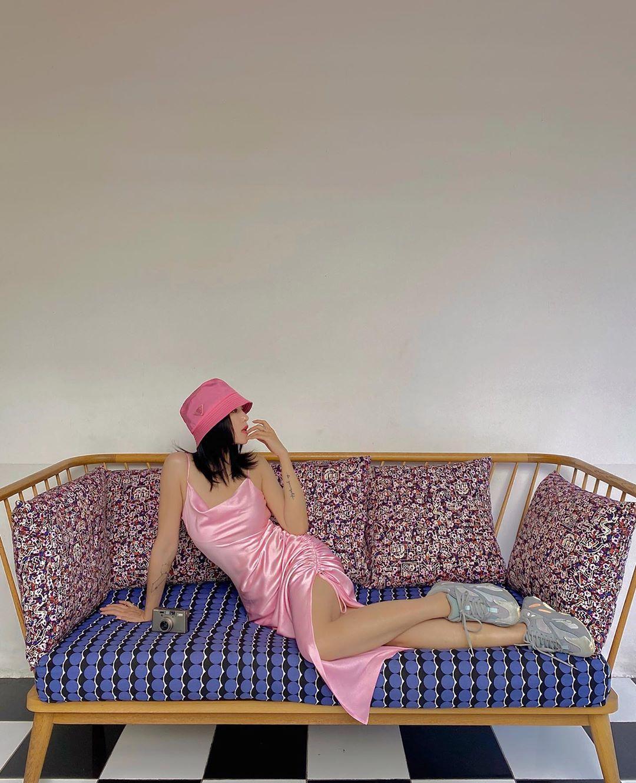 Salim mặc slip dress màu pastel hồng thạch anh