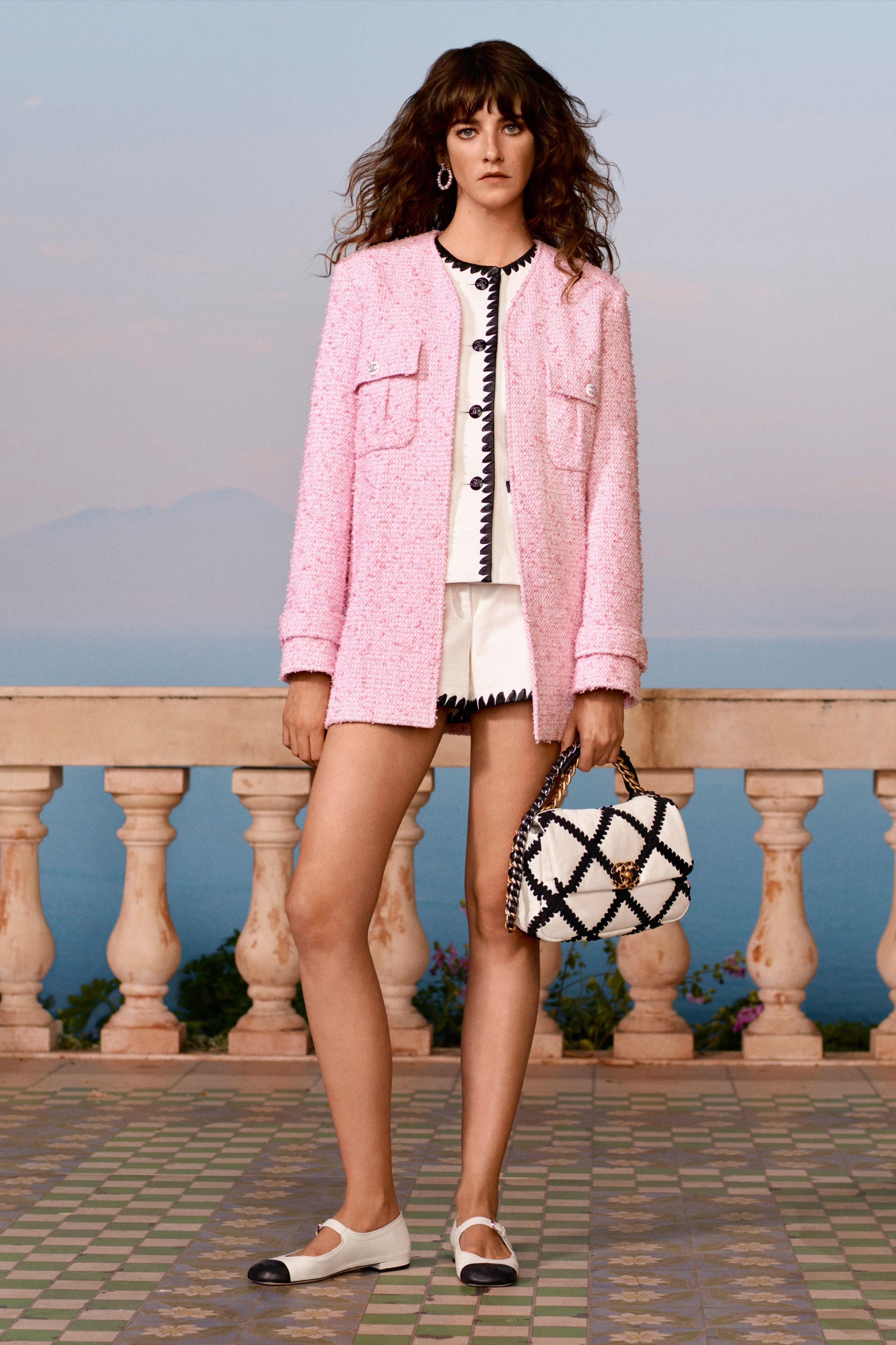 Áo khoác tweed màu pasel hồng thạch anh trong BST Chanel resort 2021