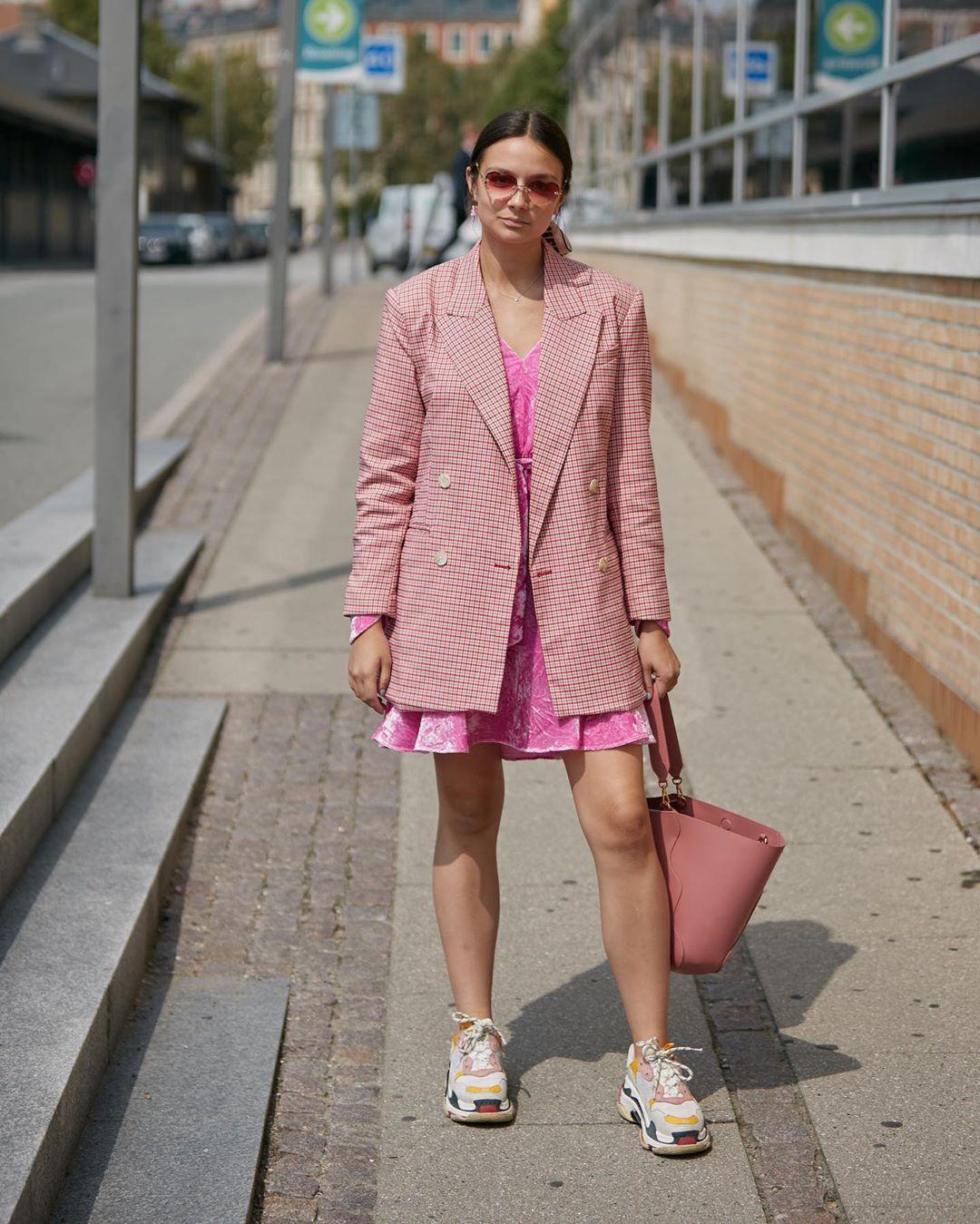 Trang phục màu pastel hồng thạch anh