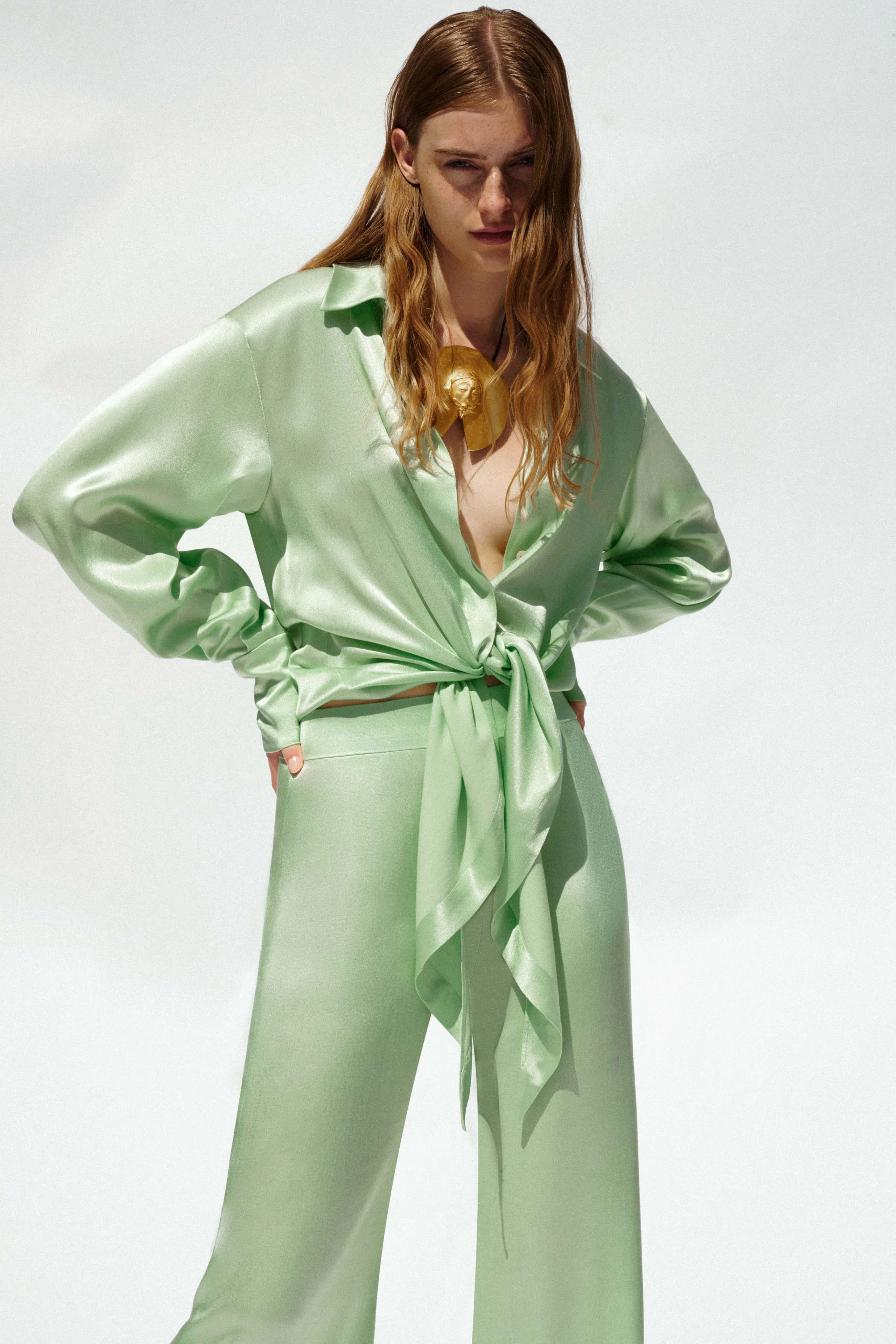 Trang phục vải satin màu pastel xanh hồ trăn - Galvan resort 2021