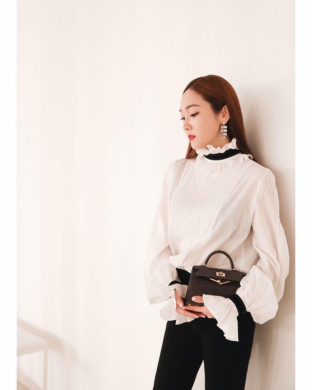 Dress code formal - Jessica Jung mặc sơ mi cổ điển