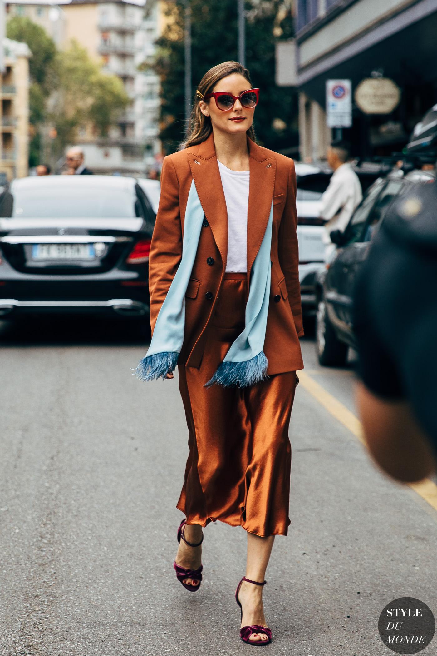 Dress code formal - Olivia Palermo mặc blazer và chân váy lụa màu nâu