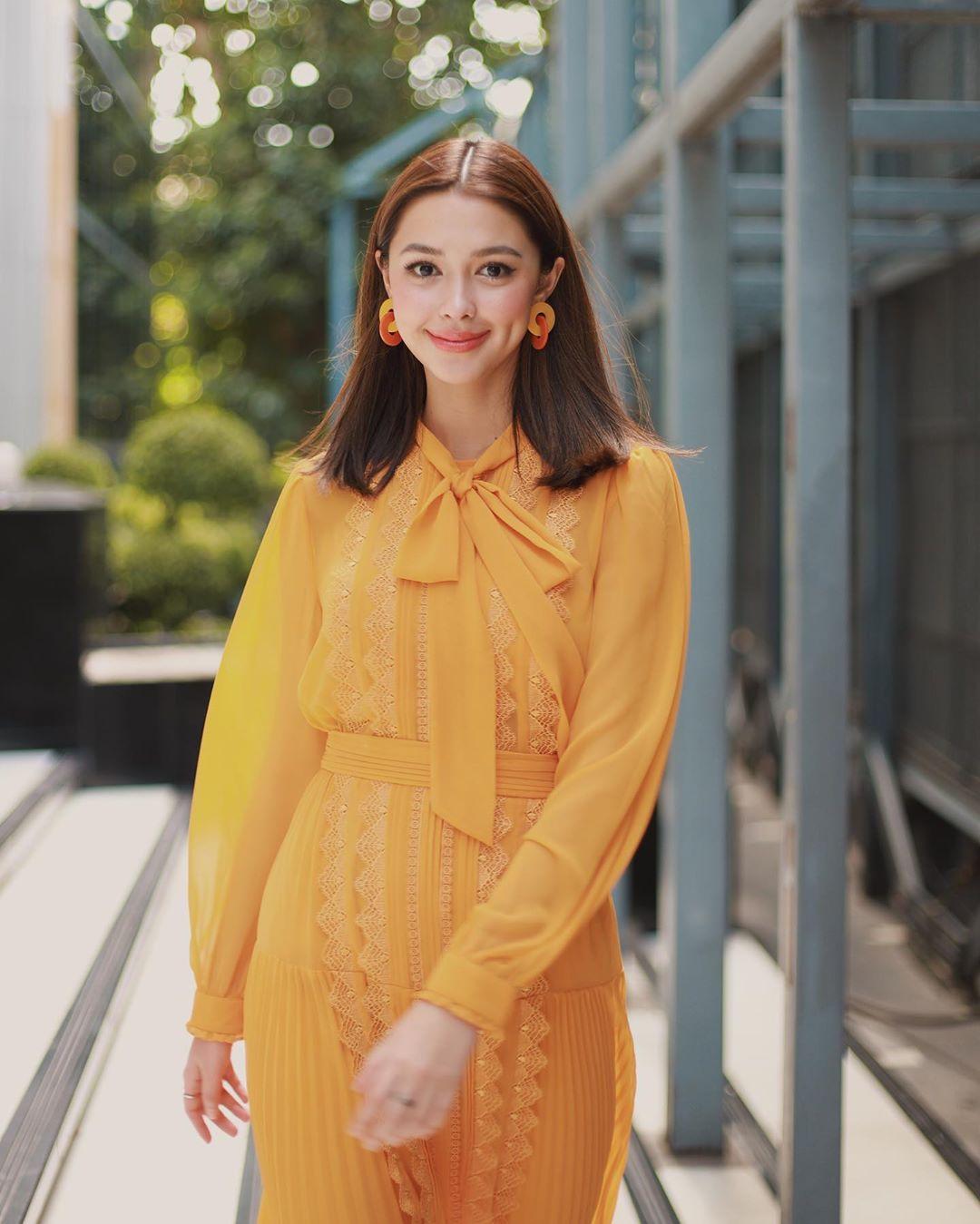 Dress code formal - đầm voan tay dài màu vàng mù tạt