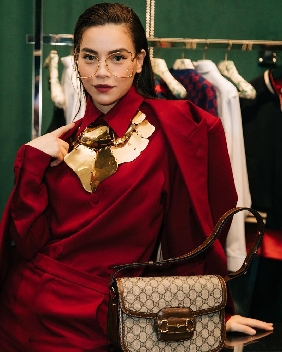 Dress code formal - Hồ Ngọc Hà mặc âu phục Gucci màu đỏ rượu