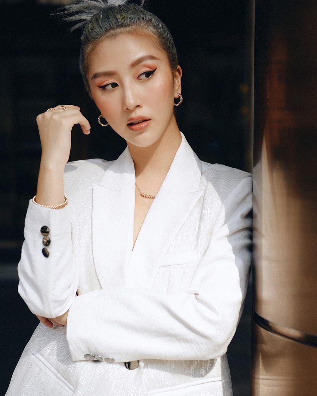 Dress code formal - Quỳnh Anh Shyn mặc blazer trắng, đeo trang sức mảnh