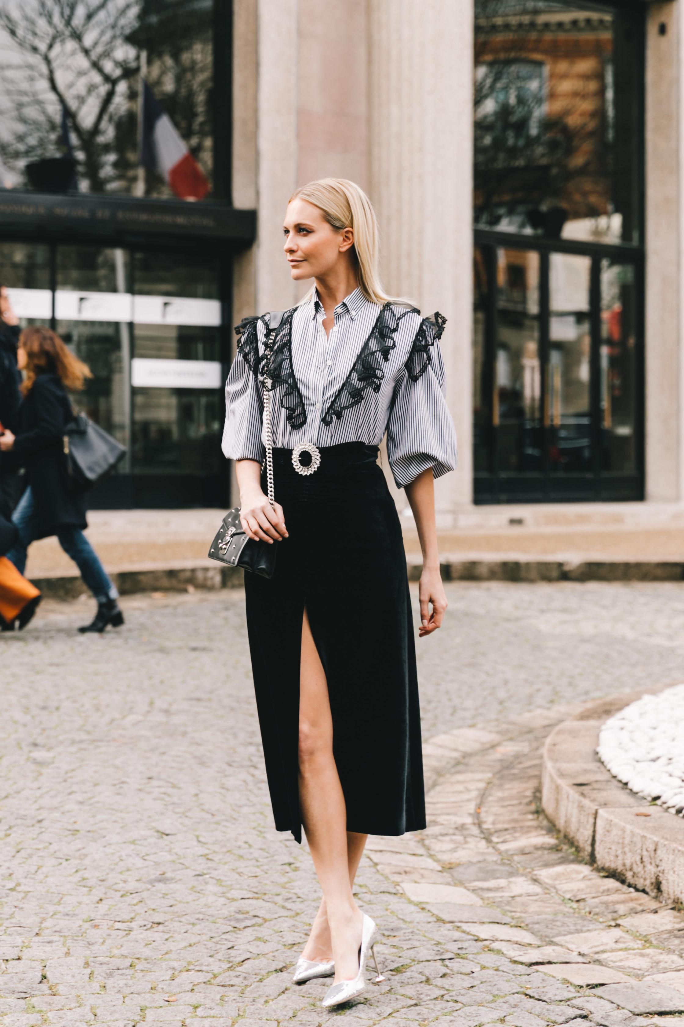 Dress code formal - áo sơ mi kẻ sọc viền ren và chân váy nhung xẻ tà
